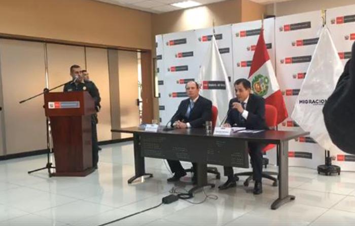 El titular del Ministerio del Interior del Perú, Mauro Medina, y el jefe de la Superintendencia Nacional de Migraciones del Perú, Eduardo Sevilla Echevarría, dan alcances de la actual situación migrat
