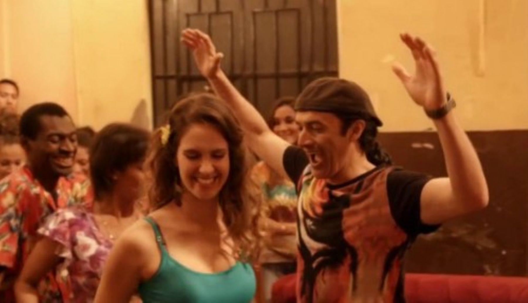"""Carlos Alcántara con Emilia Drago en una escena de """"Asu mare""""."""
