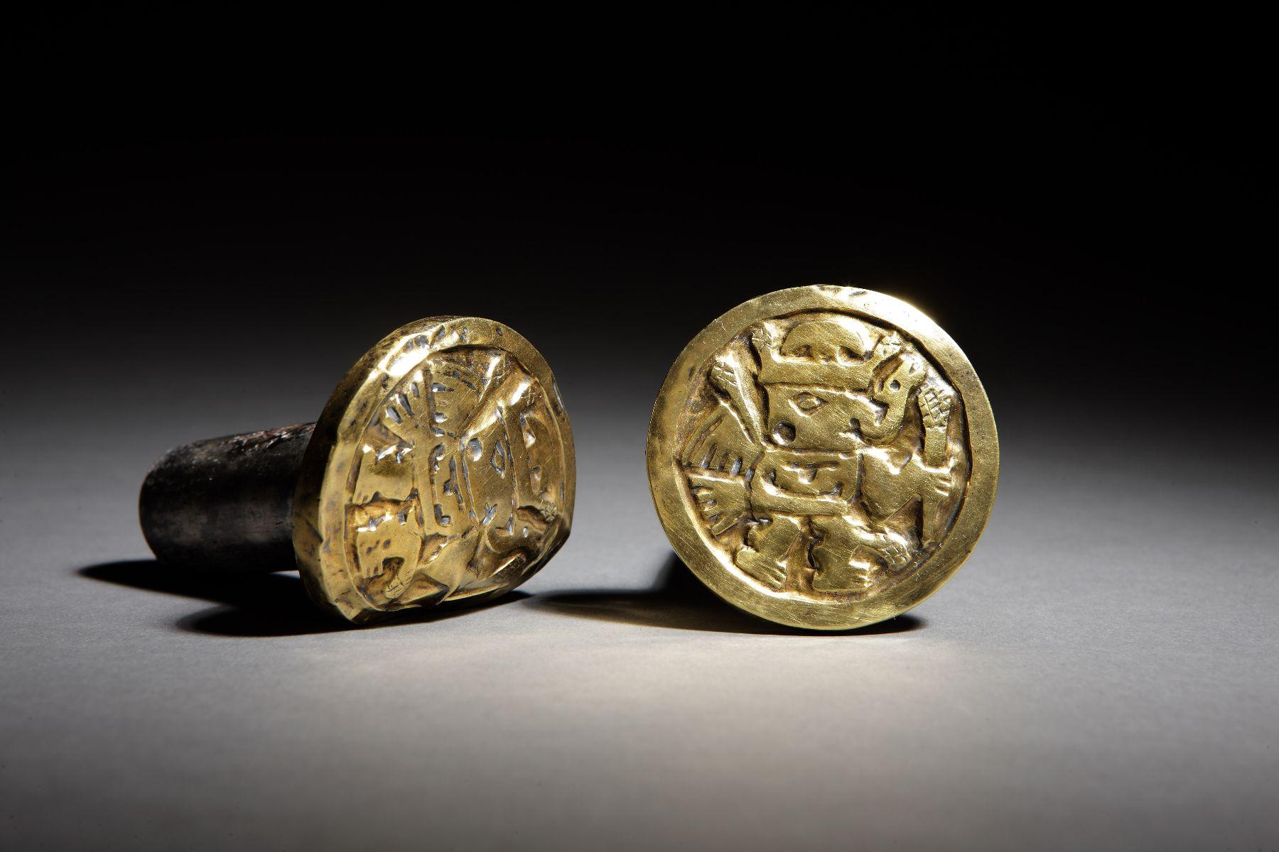 Orejeras de plata de la cultura wari halladas en el castillo de Huarmey