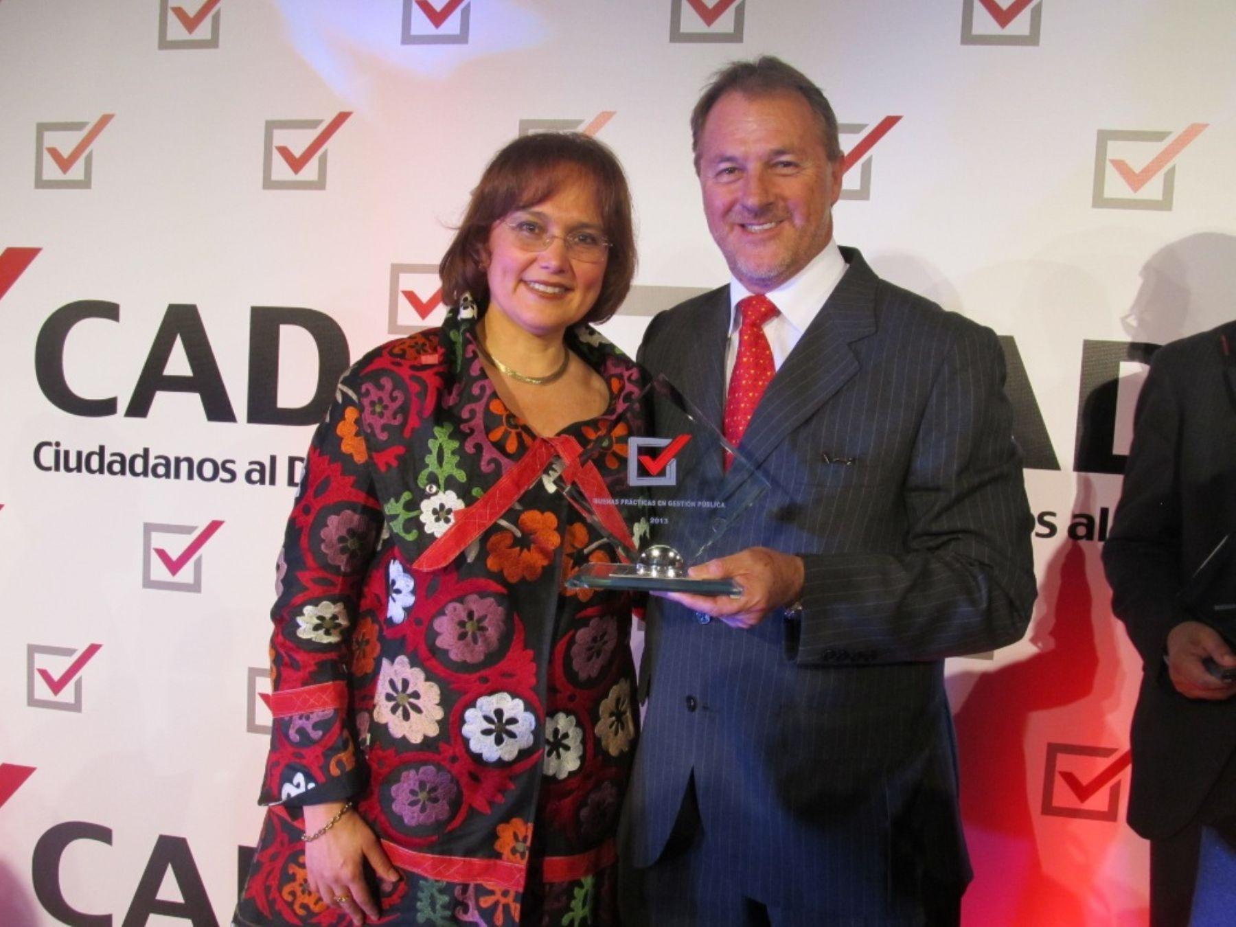 Alcalde distrital de Miraflores, Jorge Muñoz Wells, recibe premio Buenas Prácticas en Gestión Pública 2013 de manos de la titular de Ciudadanos al Día, Beatriz Boza.