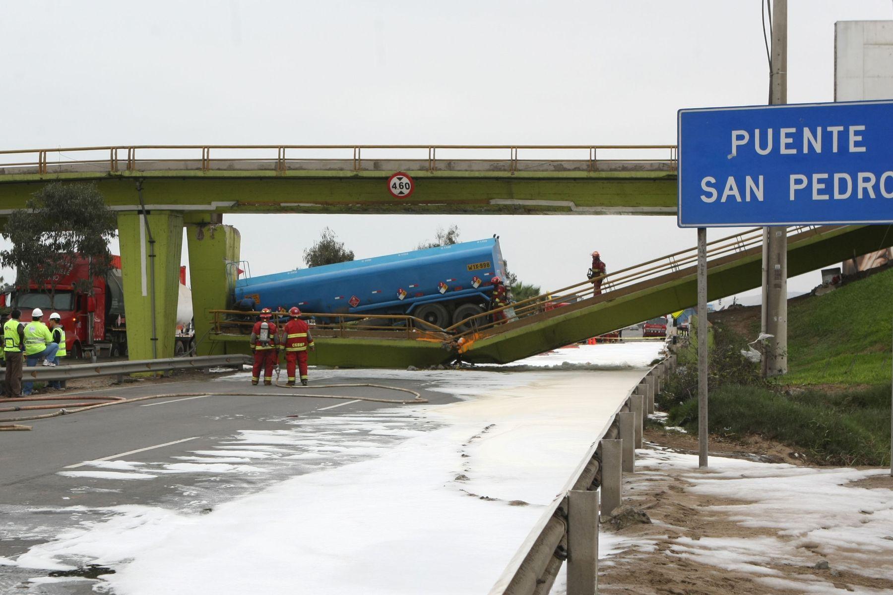 Resultado de imagen para accidente de camión en puente lurín