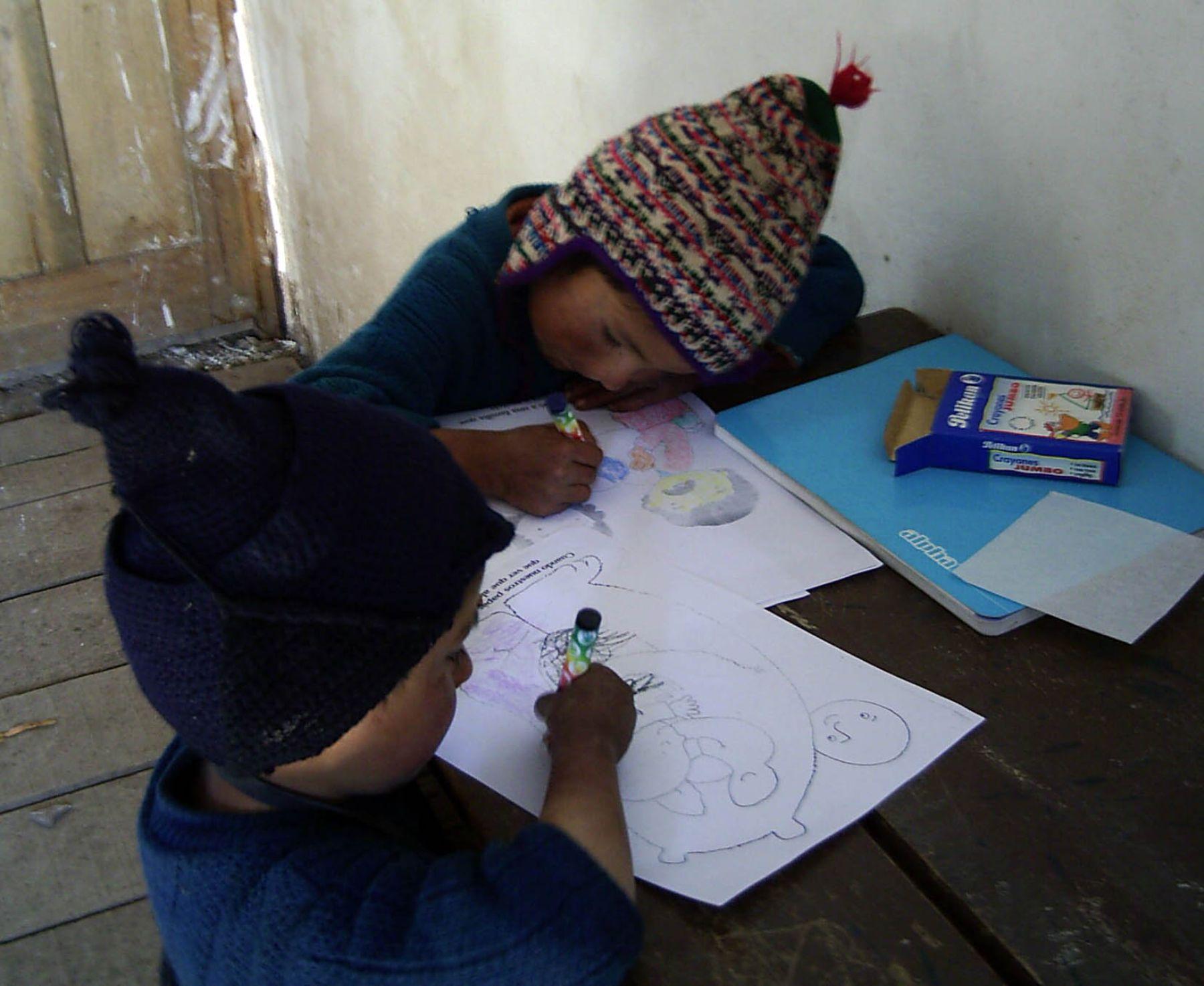 Los escolares deben utilizar en todo momento ropa de abrigo para mitigar el impacto de las bajas temperaturas. Foto: ANDINA/archivo.