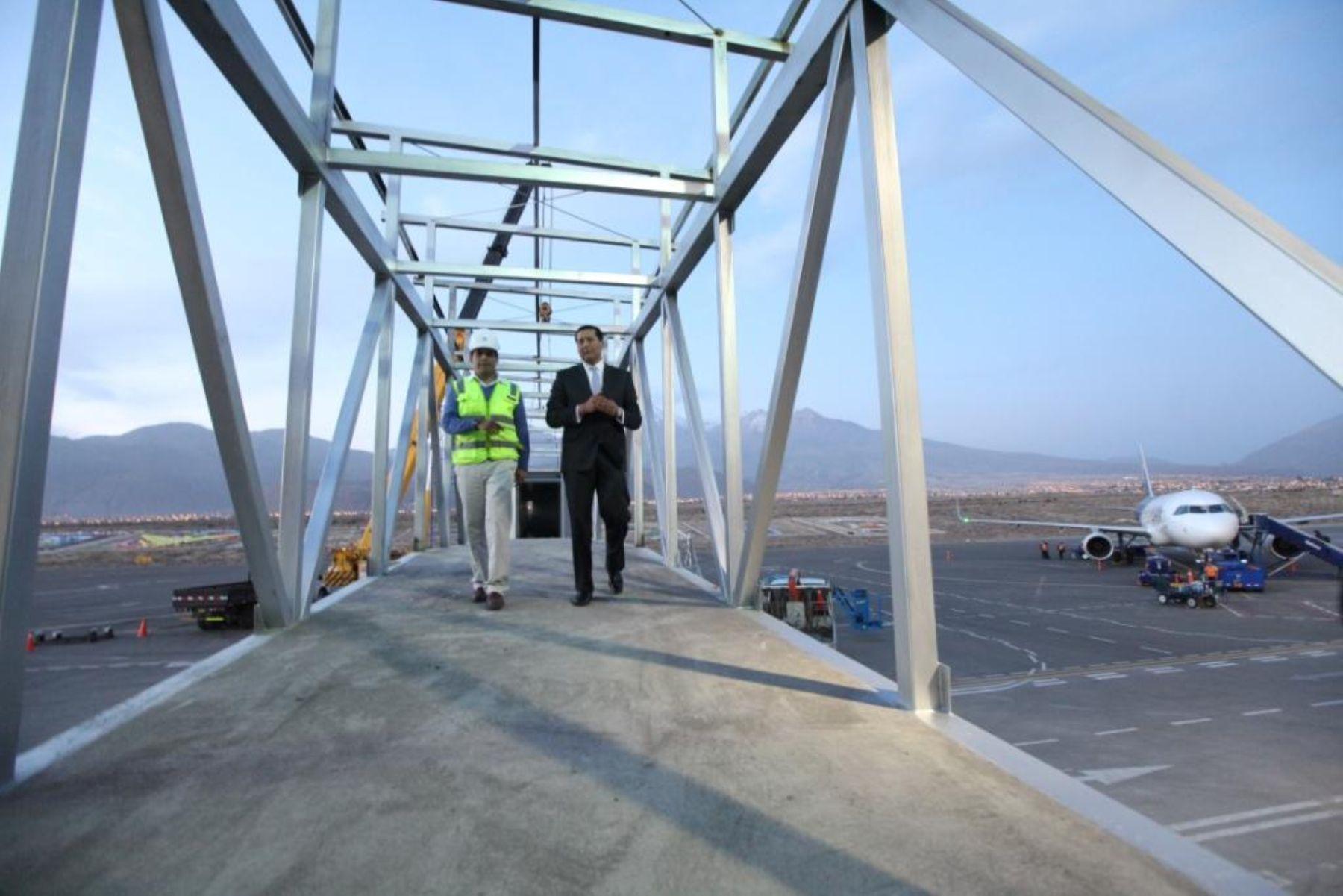Ministro Carlos Paredes inspeccionó obras en aeropuerto de Arequipa