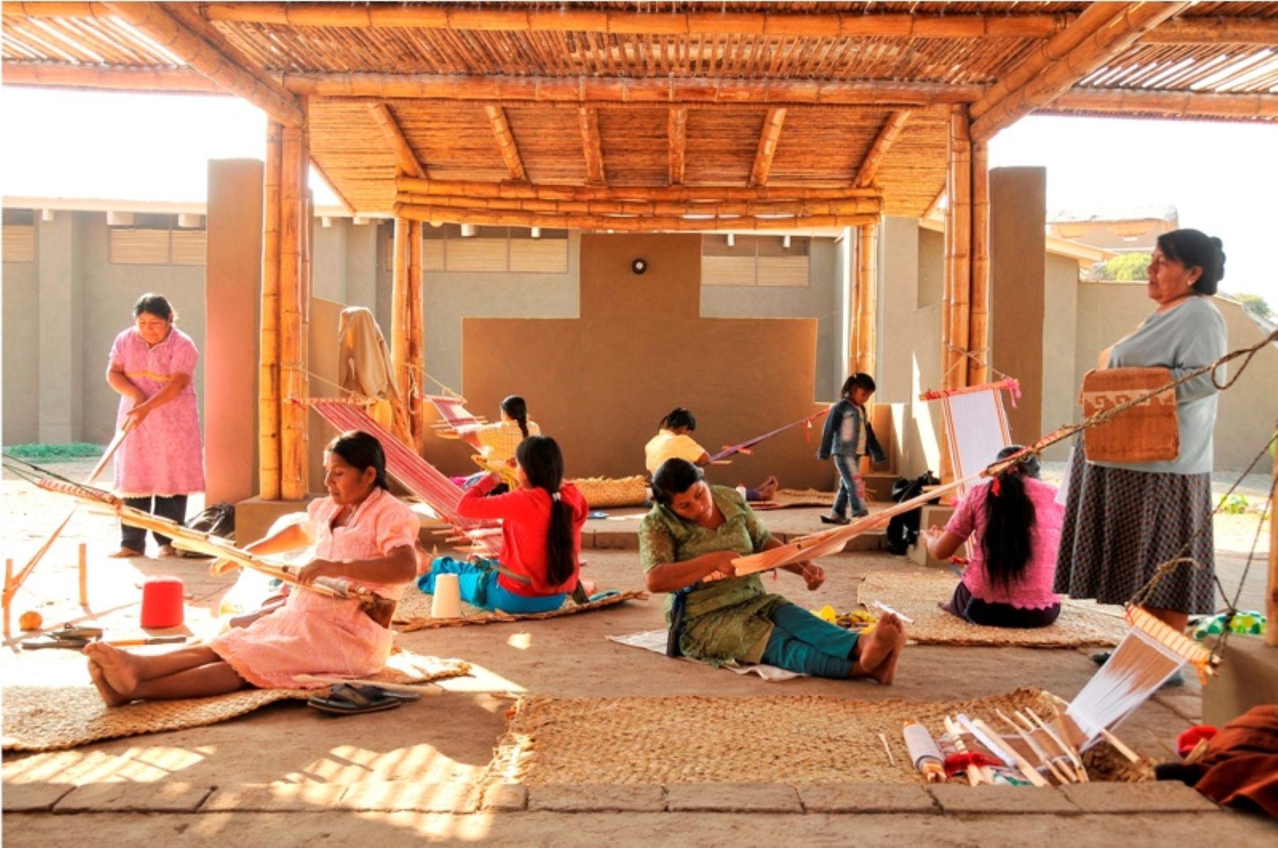 Las mujeres de la zona son capacitadas en las técnicas de tejido ancestrales.