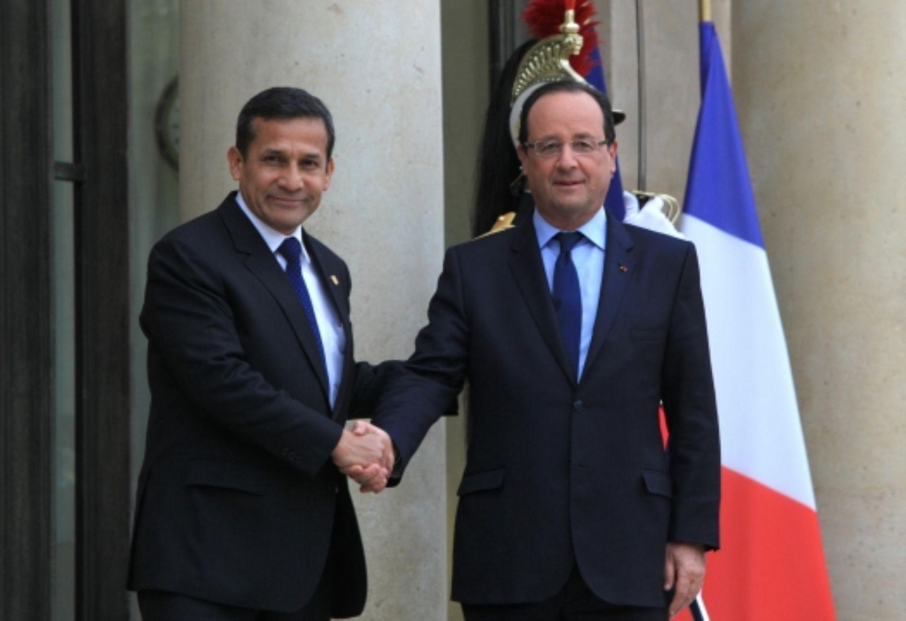 El presidente Ollanta Humala Tasso sostuvo una reunión informal en el Palacio del Elíseo con su homólogo de Francia, François Hollande, durante la escala técnica en Paris. ANDINA/Cancillería Francia