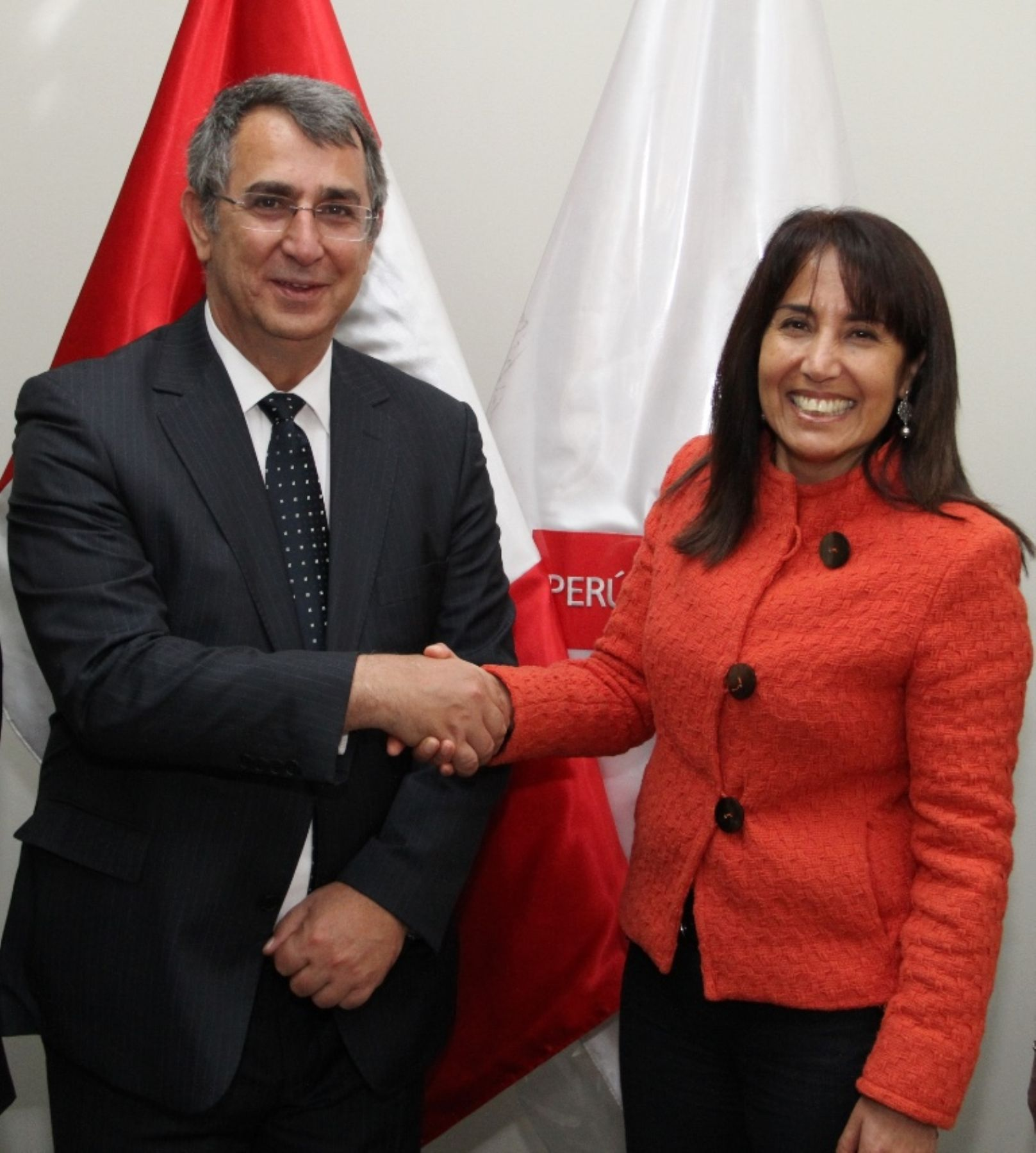 Peruvian Minister of Foreign Trade and Tourism Magali Silva shakes hands with Turkish Ambassador to Peru, Namik Güner. Photo: Mincetur.