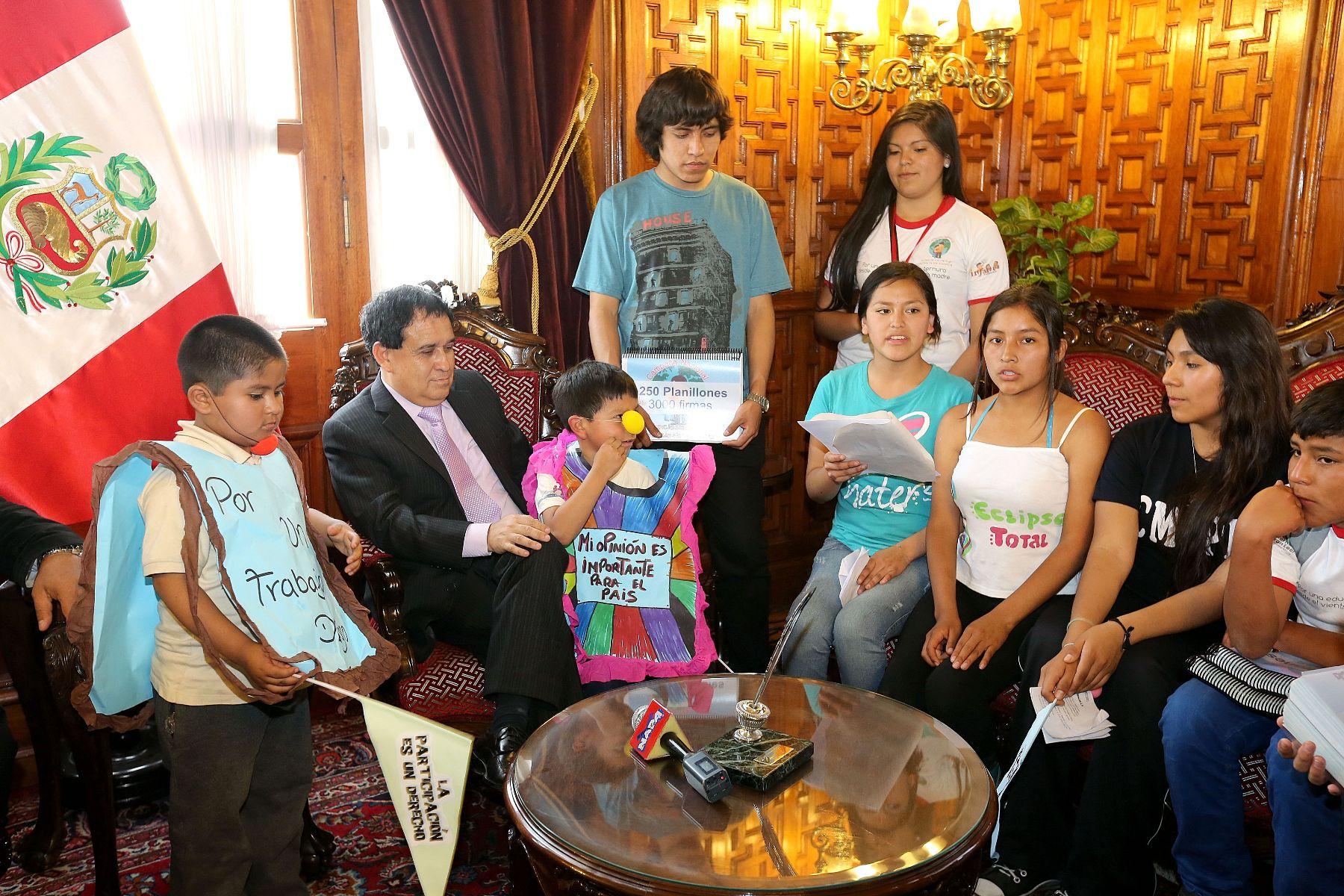 El presidente del Congreso, Fredy Otárola, reafirmó su compromiso de promover políticas a favor de la infancia en Perú, sobre todo para erradicar la violencia en ese sector poblacional. Foto: ANDINA/Difusión.