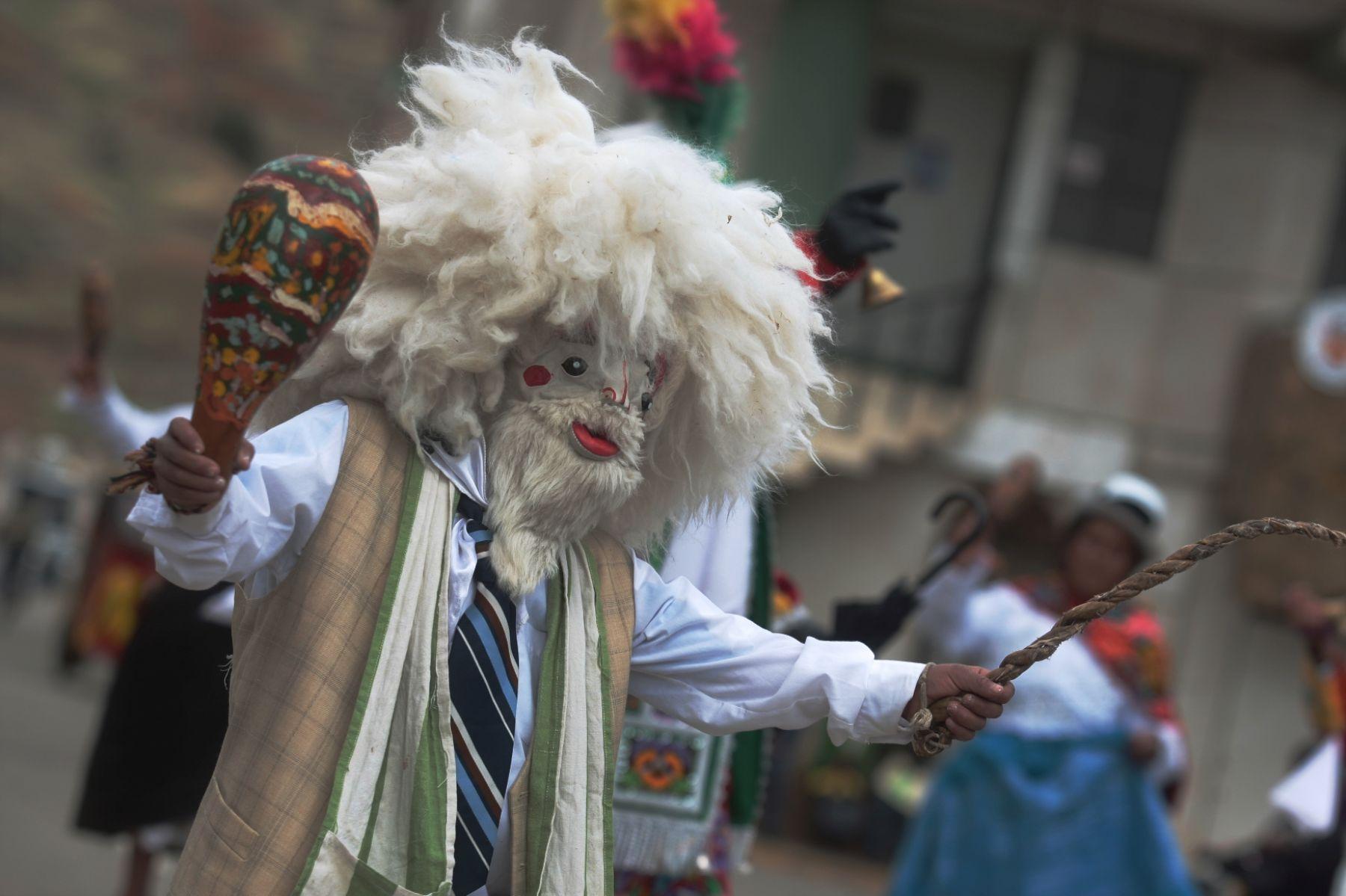 En la Pachuahuara, los danzantes visten trajes bordados y usan máscaras de cuerdo. Se escenifica en la provincia de Jauja, en Junín.
