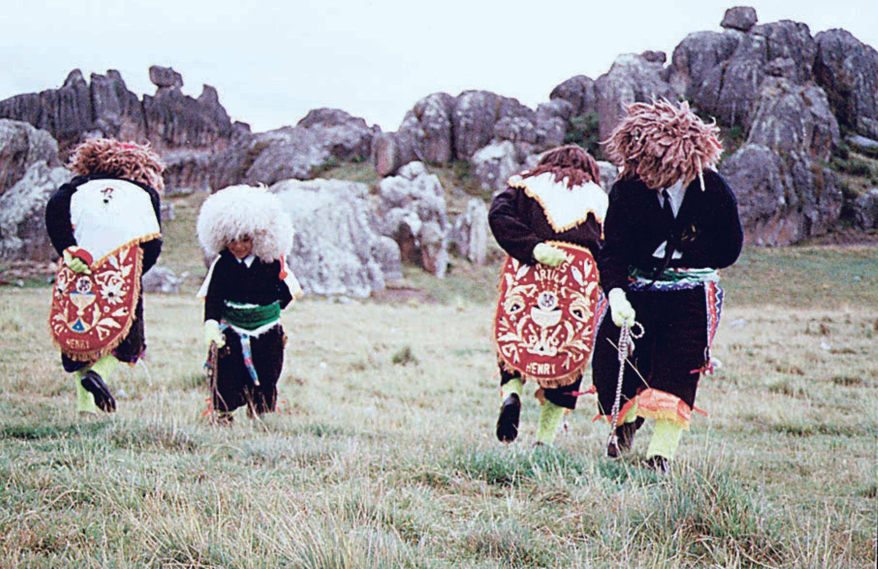 Los Negritos de Huayllay es una danza típica de ese distrito ubicado en Pasco y se baila en Navidad.
