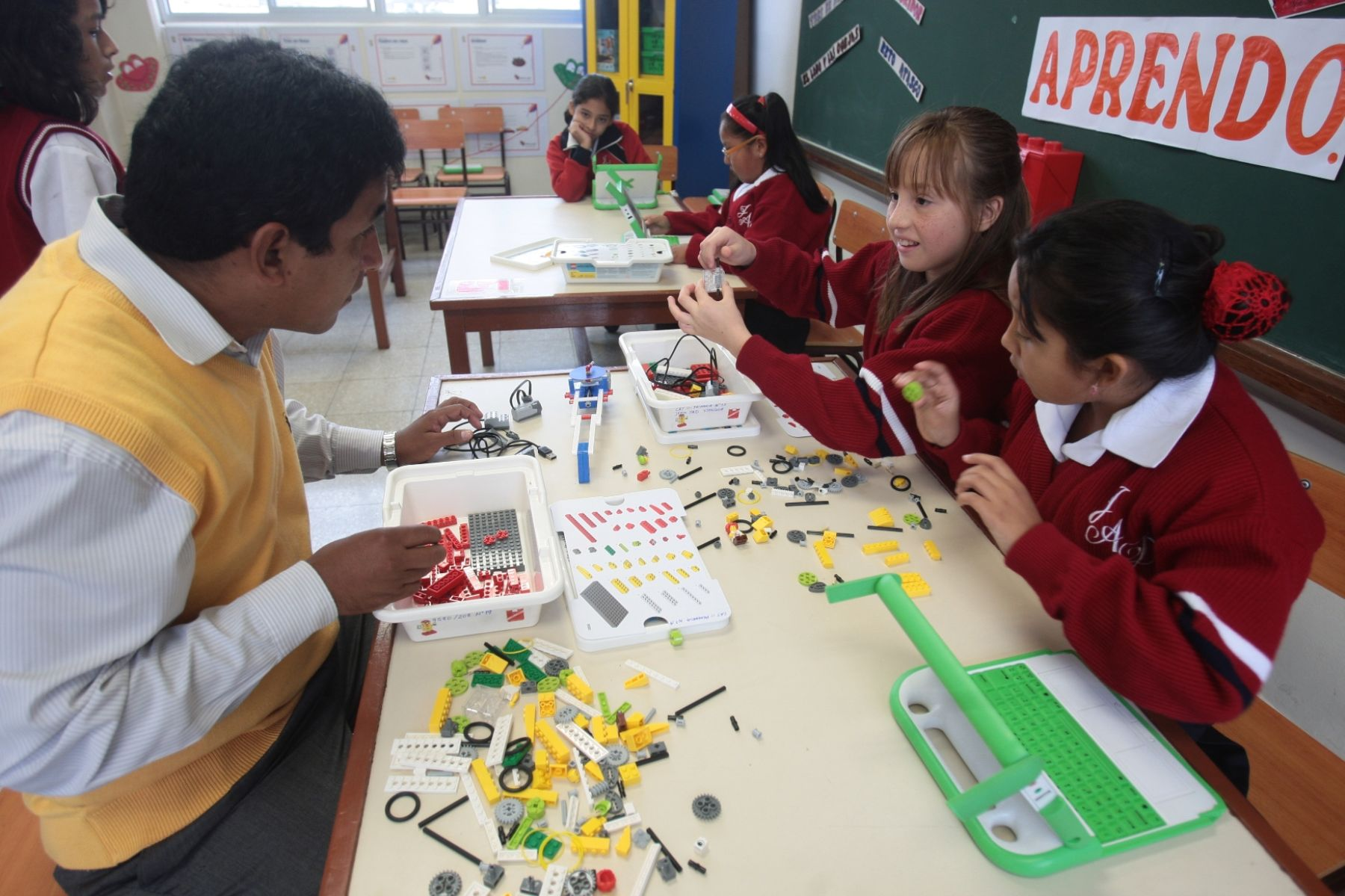 Regiones deben cumplir compromisos de gestión, como una adecuada disposición de materiales educativos, para el Buen Inicio del Año Escolar.