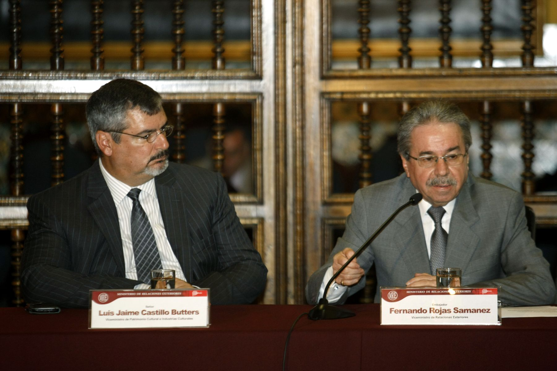 Peruvian Deputy Foreign Minister Fernando Rojas (right) speaks at a press conference in Lima. Photo: ANDINA/Norman Córdova.