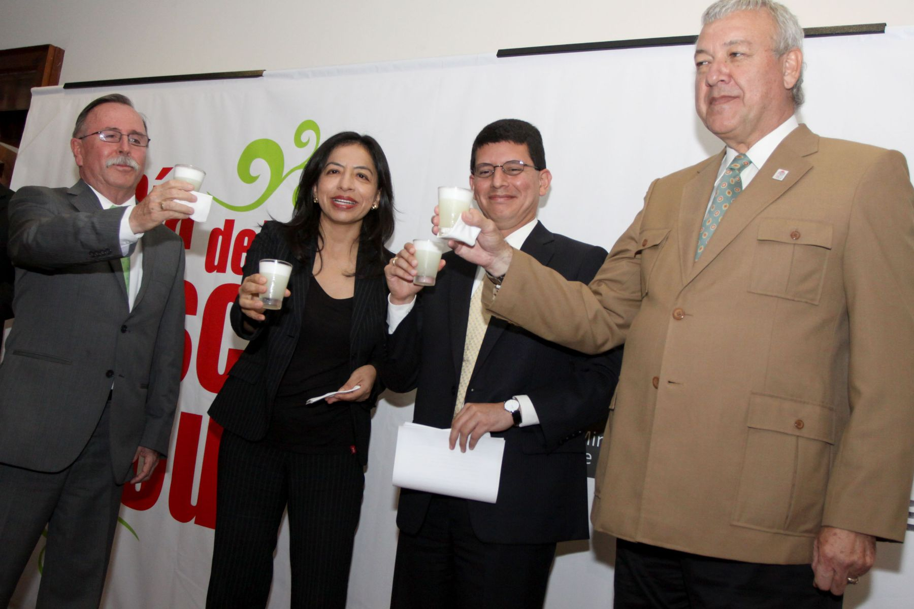 Peruvian officials raise a toast in anticipation of Pisco Sour Day this Saturday. Photo: ANDINA/Melina Mejía