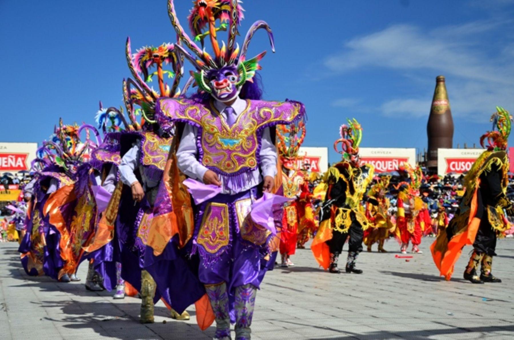 Reconocida oficialmente, el 7 de noviembre de 1985, como la Capital del Folclor peruano, la región Puno hace honor a dicha distinción con sus más de 350 danzas que conjugan tradiciones ancestrales y mestizaje expresadas en baile, música y arte interpretados con alegría y sentimiento desbordante que han cruzado fronteras dentro y fuera del Perú. ANDINA/Difusión
