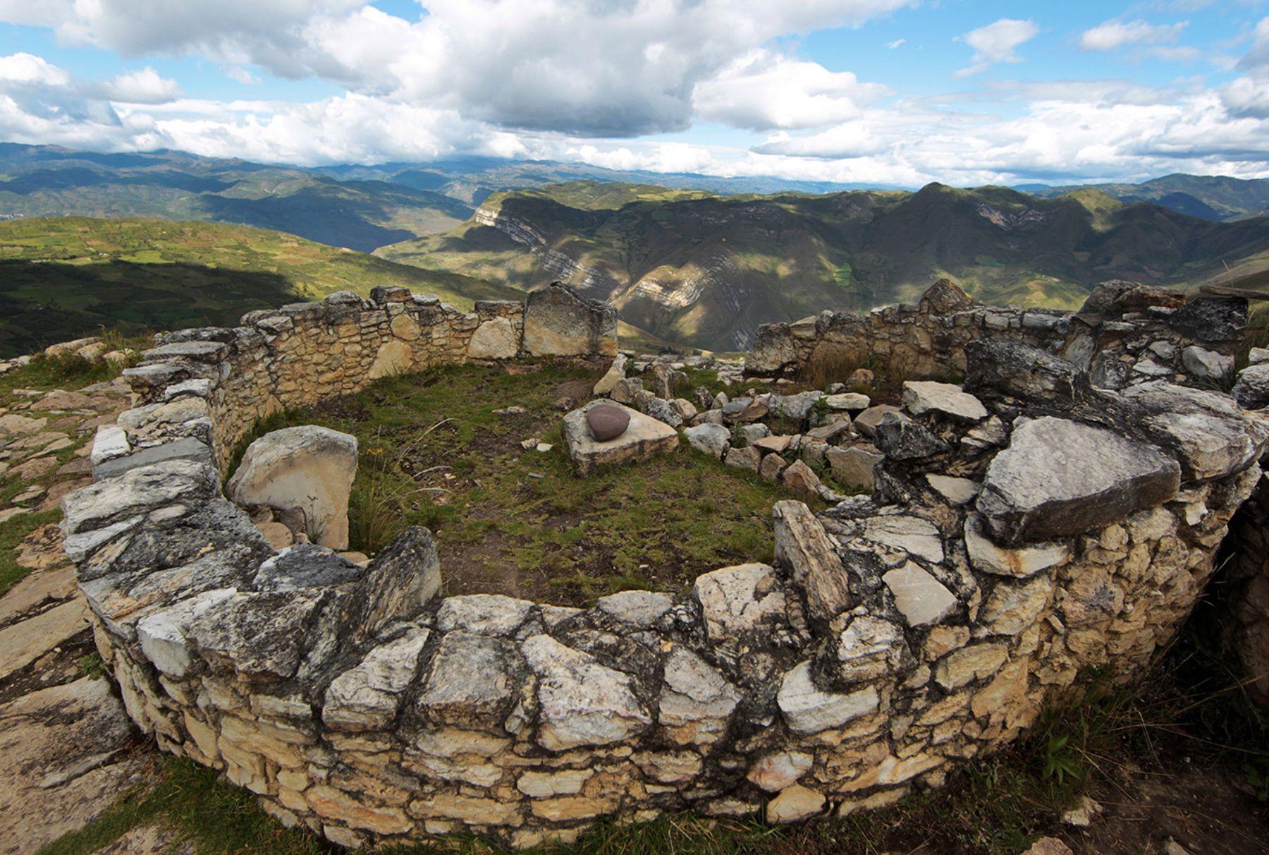 El número de visitantes a la ciudadela fortificada de Kuélap, ubicada en la región Amazonas y, comparada por su belleza arquitectónica con Machu Picchu, llegó en 2017 a casi 103,000 personas, cifra que duplicó lo registrado en 2016 y posicionó a este atractivo como uno de los principales destinos turísticos del Perú. ANDINA/Jack Ramón