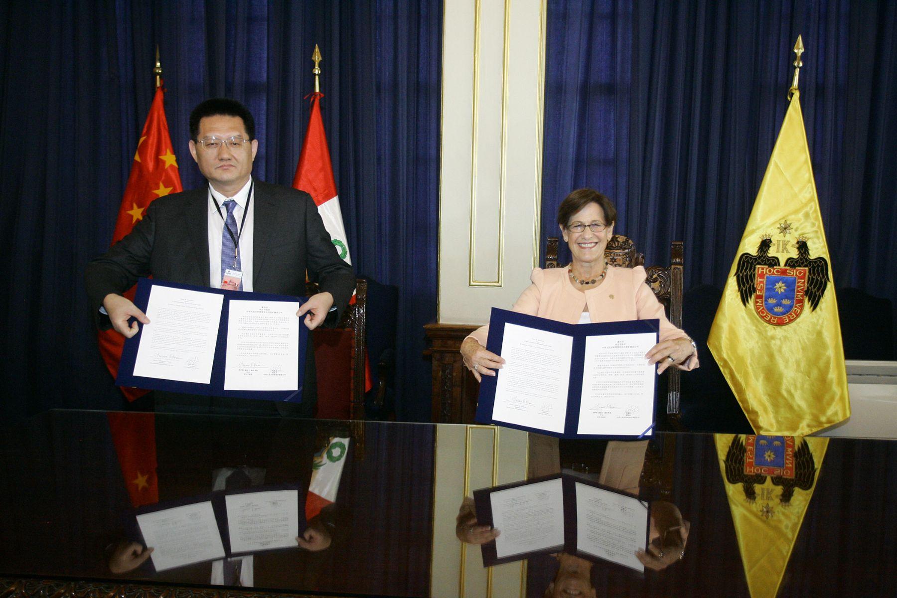 Alcaldesa de Lima Susana Villarán y el presidente de la empresa china Yankuang Group Co.Ltd, Zhang Xinwen. ANDINA/Difusión