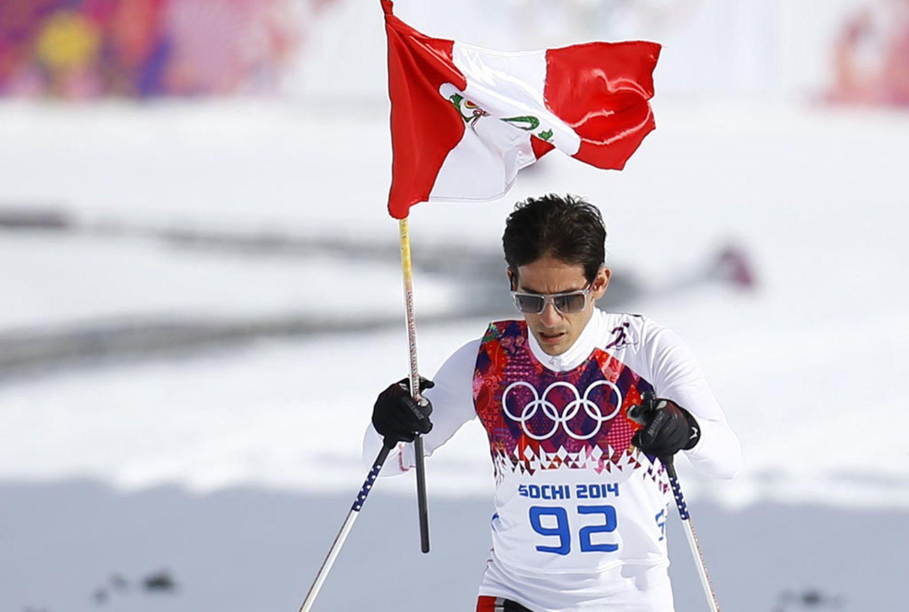 Roberto Carcelén llegando a la meta con la Bandera peruana.