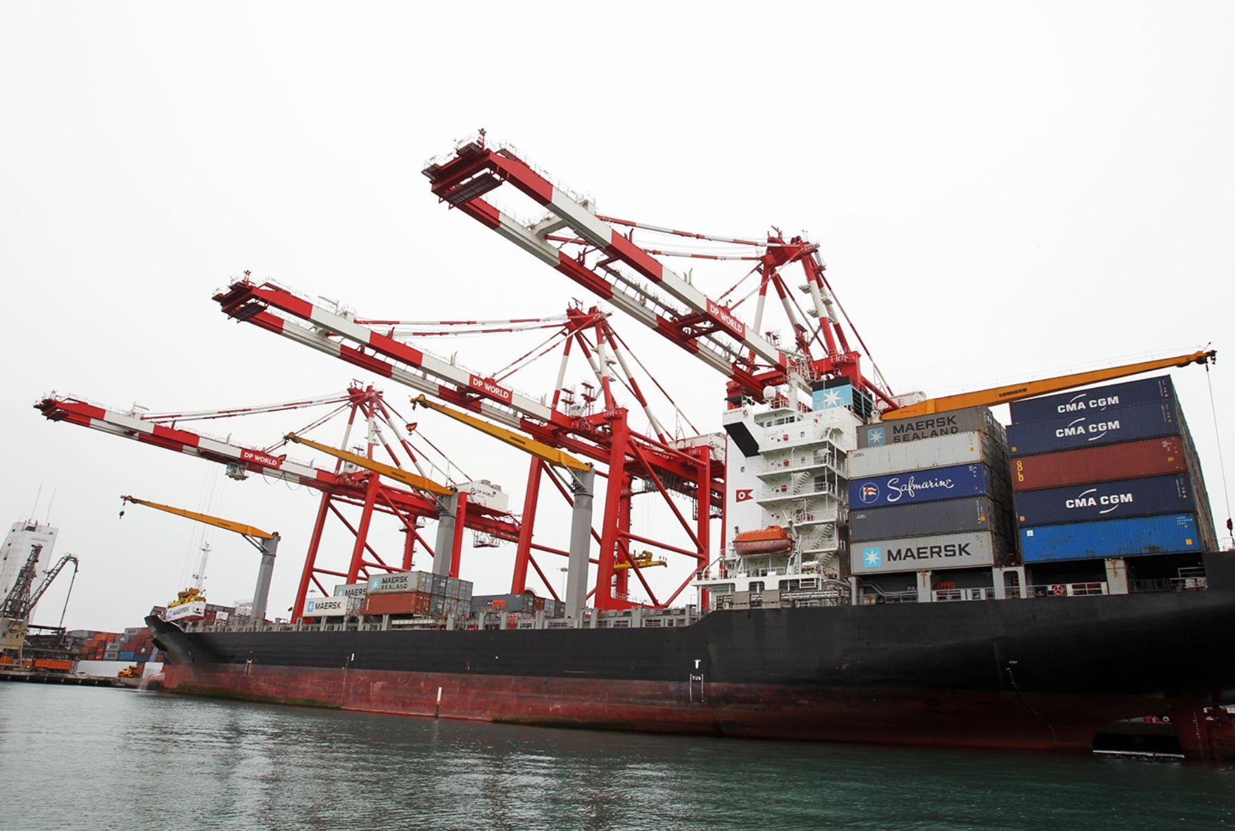 Barco con contenedores en el puerto de El Callao.Foto:  ANDINA/Carlos Lezama.