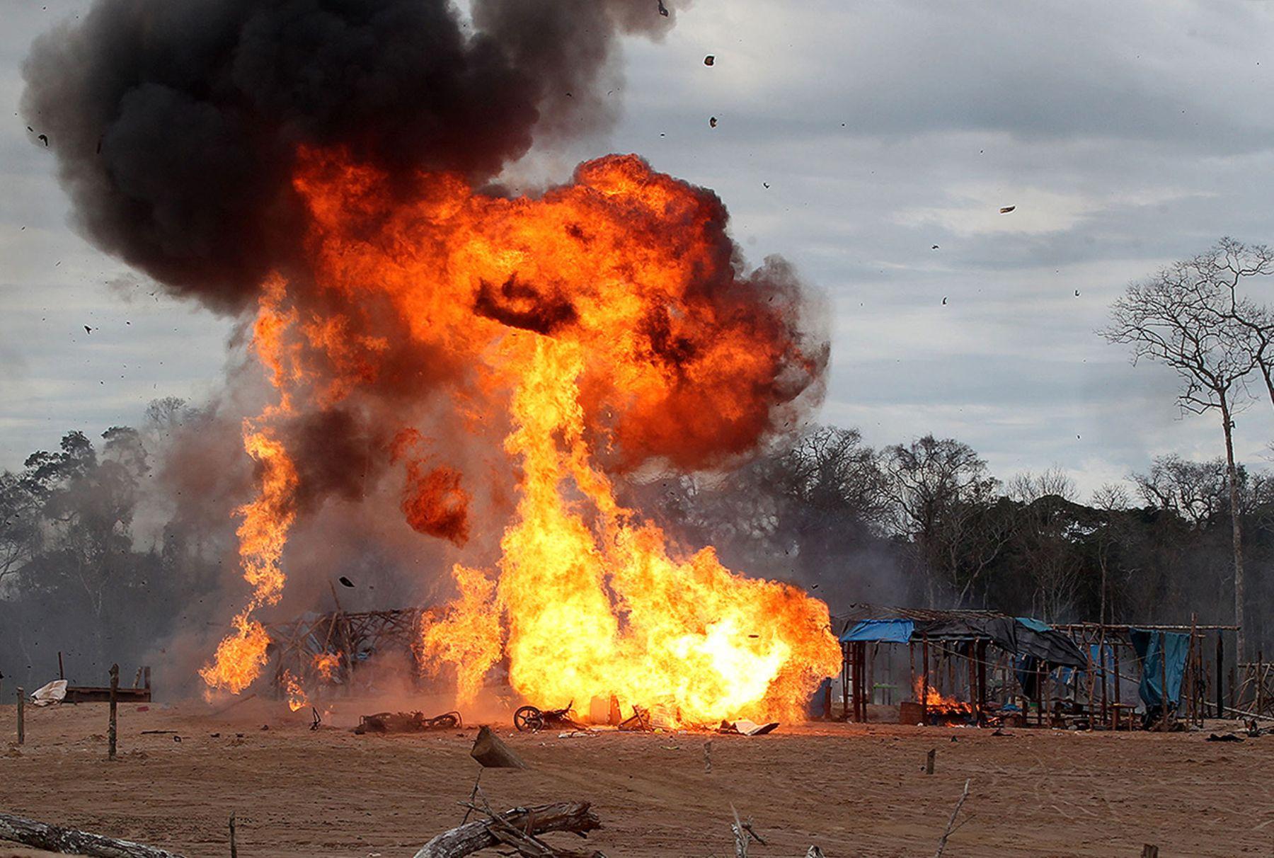 09/06/2014   MADRE DE DIOS, PERÚ- JUNIO 09. Efectivos de las fuerzas de orden destruyen maquinaria de minería ilegal.Foto:ANDINA/Vidal Tarqui.