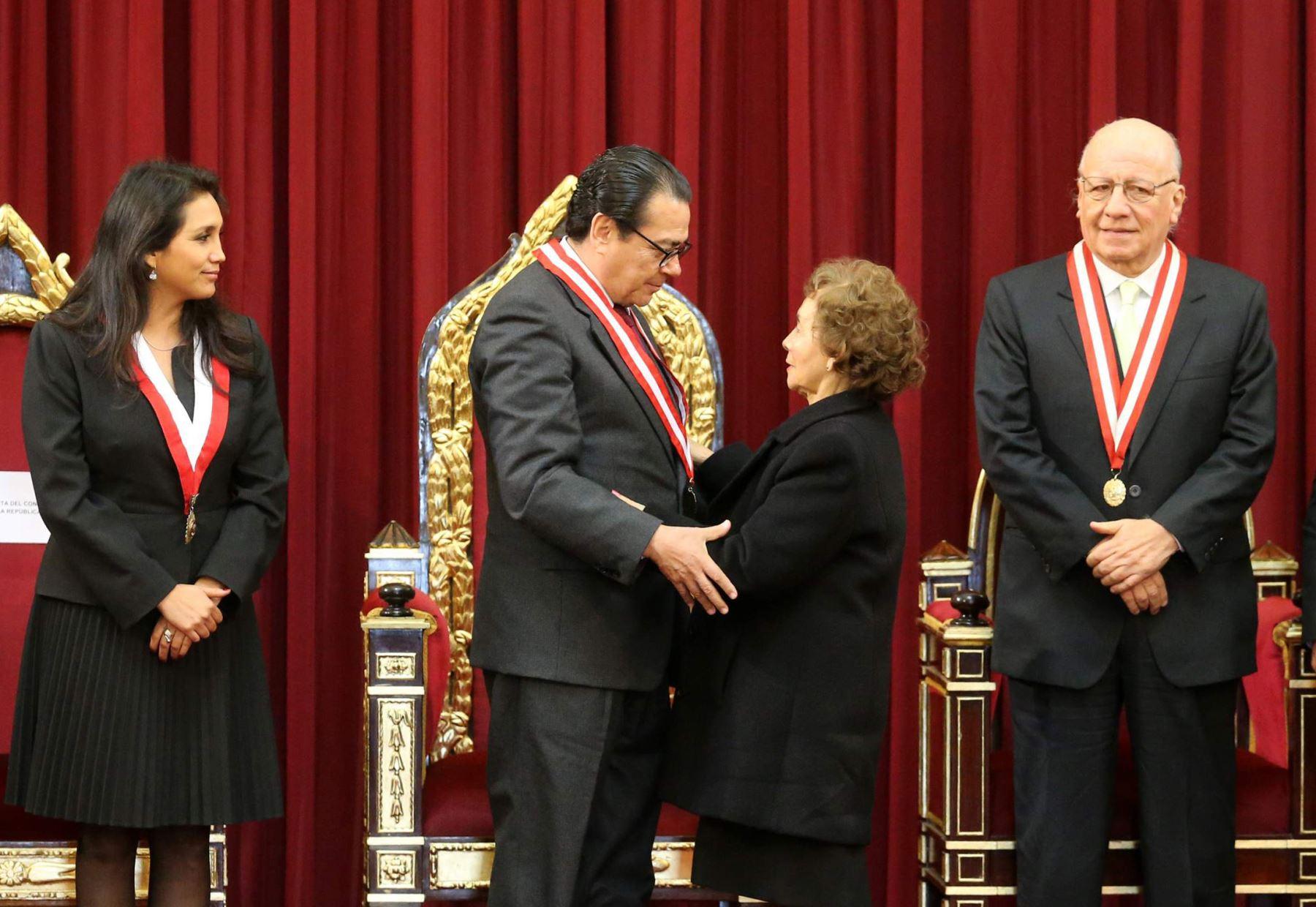 """Presidente del Poder Judicial, Enrique Mendoza saluda a Elcira Vásquez, Juez Titular de la Corte Suprema por el """"Día del Juez. ANDINA/Norman Córdova"""