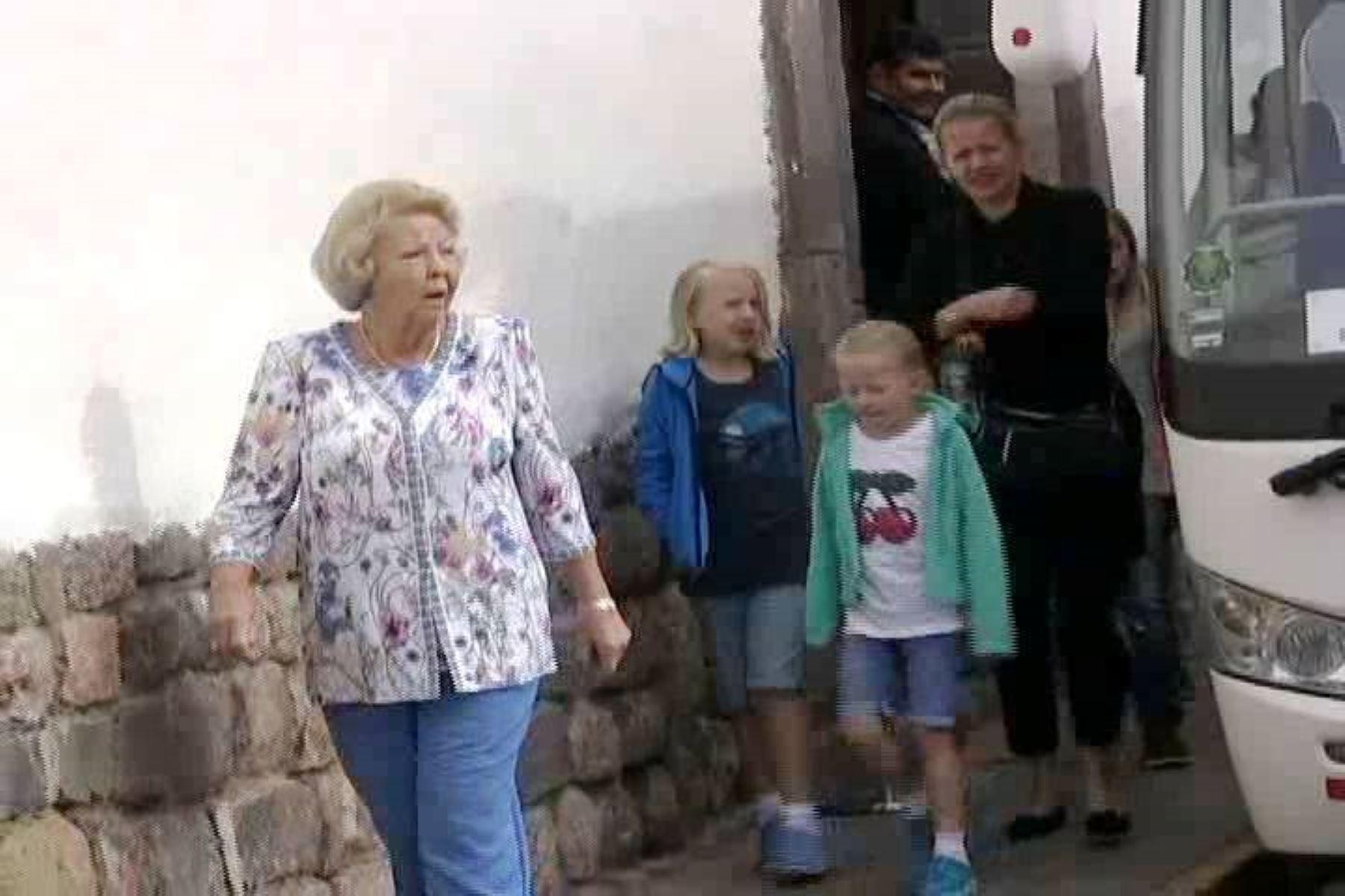 Familia real de Holanda al momento de abandonar el hotel en la ciudad de Cusco para trasladarse al aeropuerto a tomar el vuelo hacia Lima. Foto: ANDINA/Percy Hurtado.