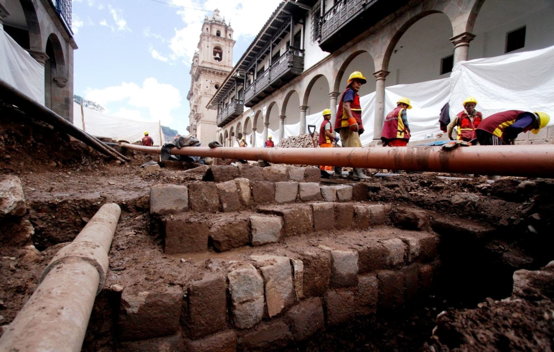 Descubren muros de origen Inca cerca de Plaza de Armas de Cusco.