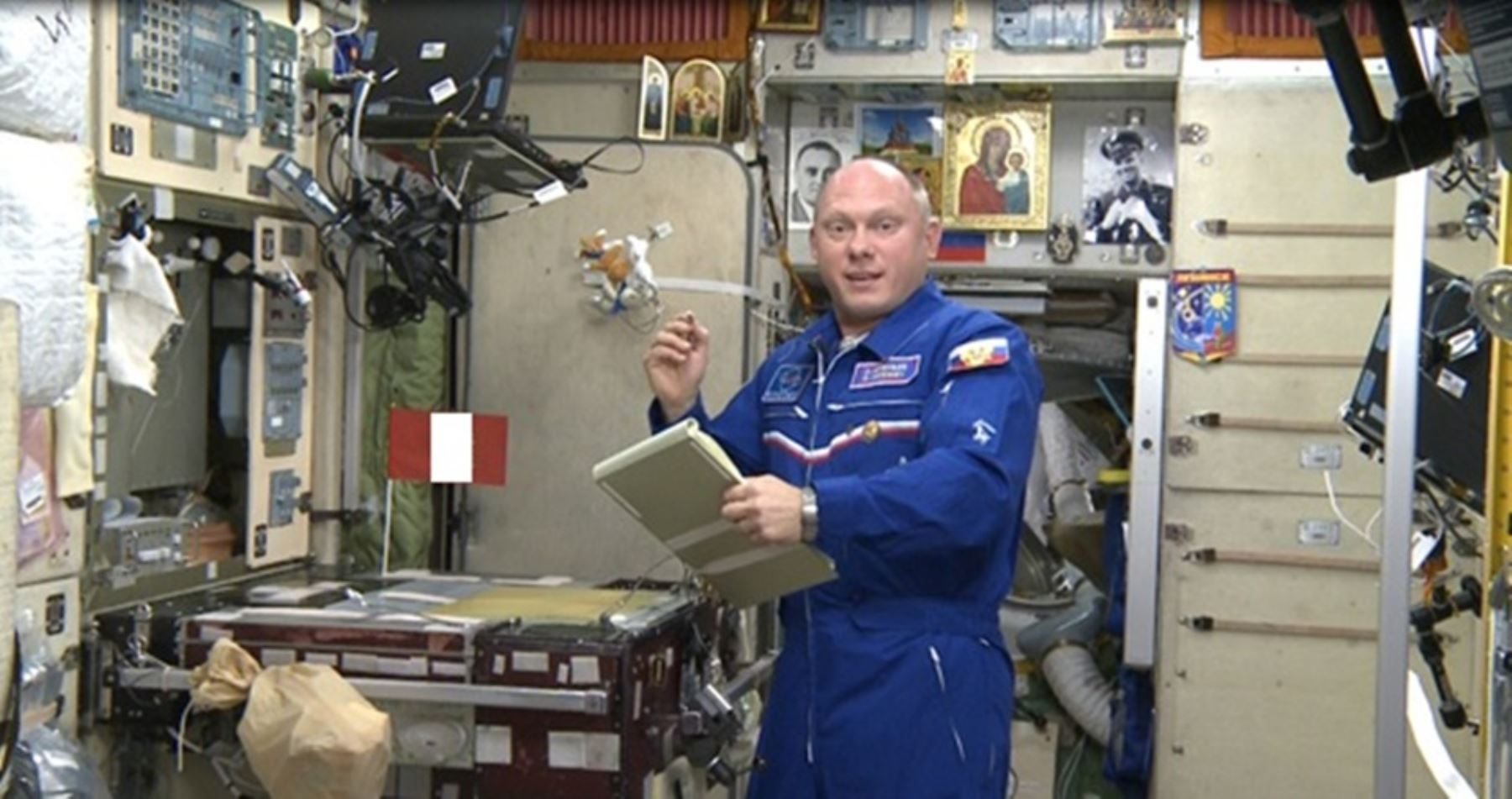 Oleg Artemyev cosmonauta ruso en la Estación Espacial Internacional apunto de lanzar el nanosatélite Chasqui I.