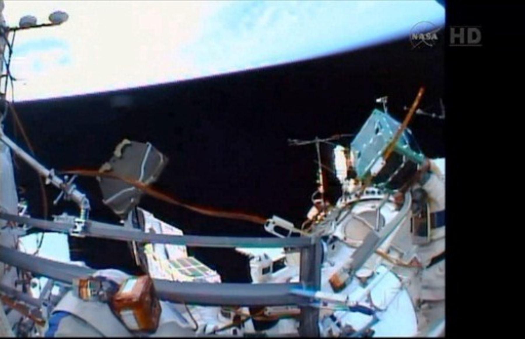 """Nanosatélite peruano """"Chasqui I"""", diseñado por la Universidad Nacional de Ingeniería (UNI), puesto en órbita en el espacio desde la Estación Espacial Internacional."""