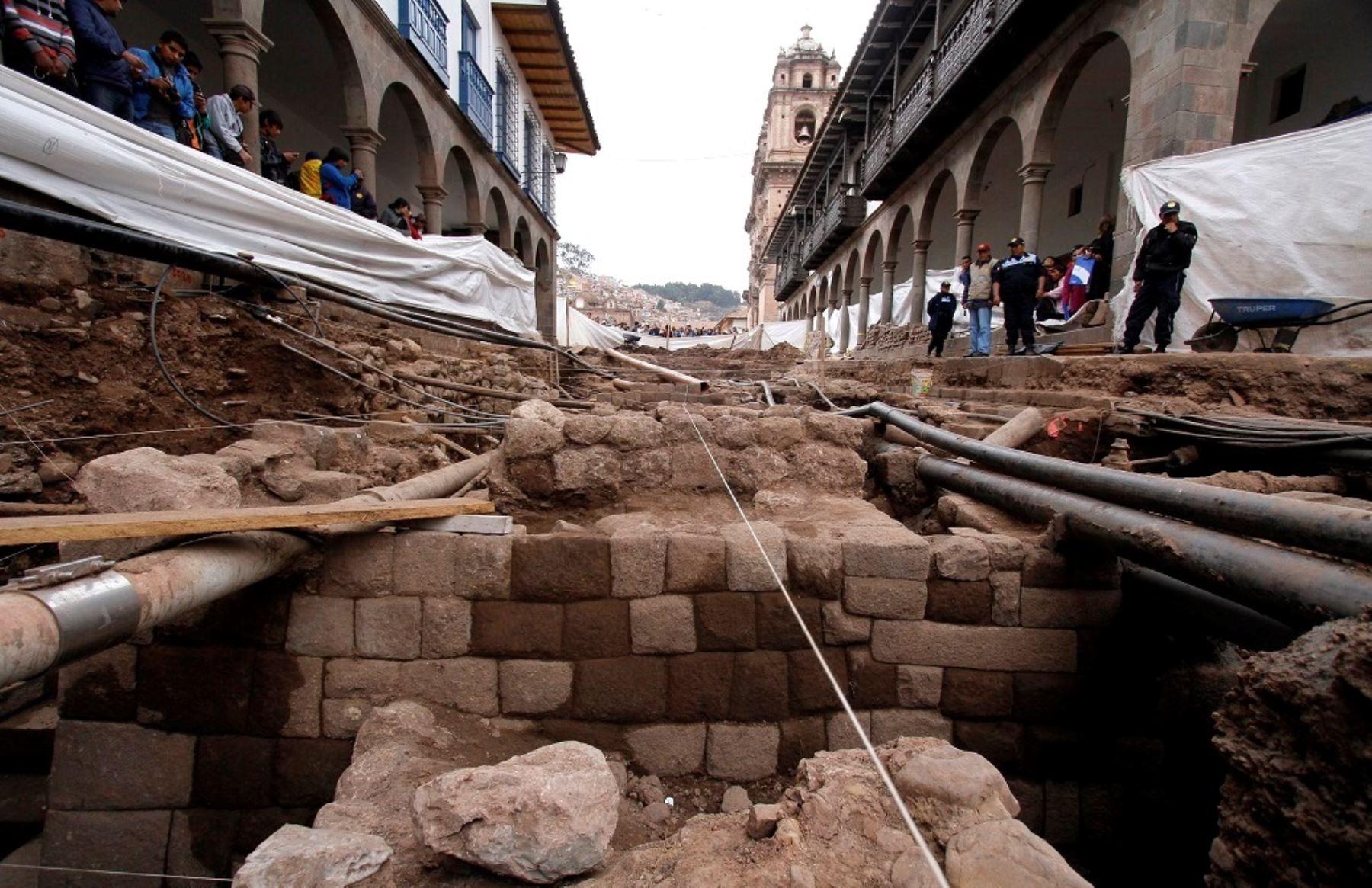 Hallan muro y escalinata de origen inca en centro histórico del Cusco.