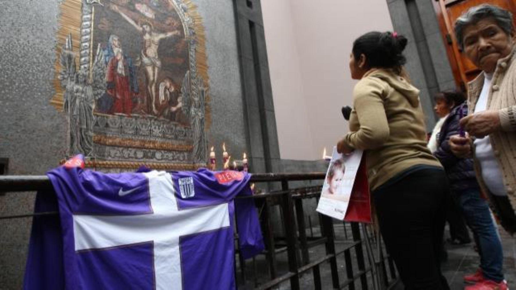Camisetas blanquimoradas de Alianza Lima fueron bendecidas en Las ... 3b54650714d38