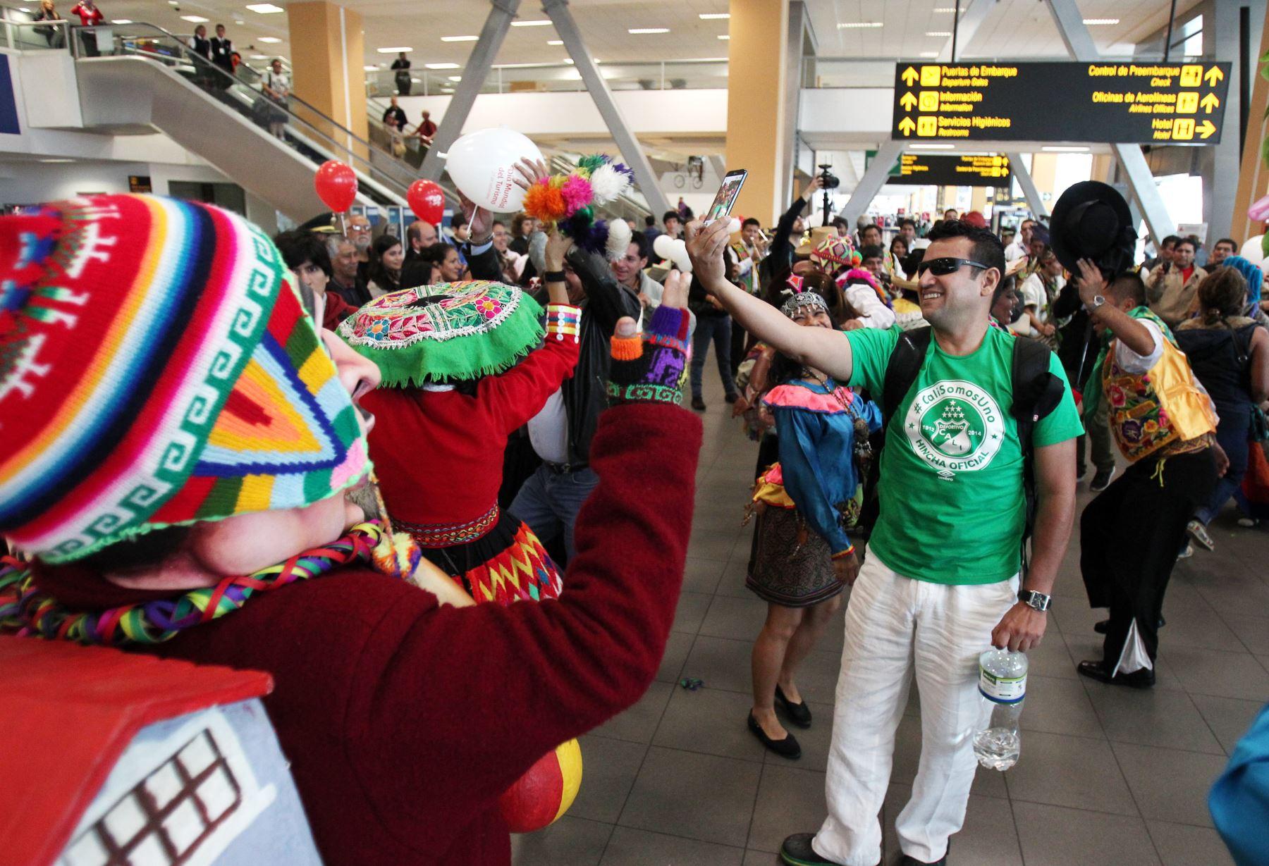 LIMA PERÚ, SETIEMBRE 27. En el día del turismo, el Ministerio de Comercio Exterior y Turismo, recibe con música y bailes a  turistas en el aeropuerto internacional Jorge Chavez. Foto: ANDINA/Melina Mejia