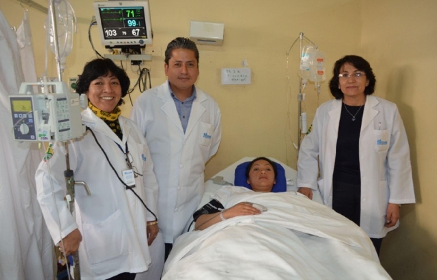 Médicos de EsSalud operaron con éxito a joven estudiante en Huancayo.