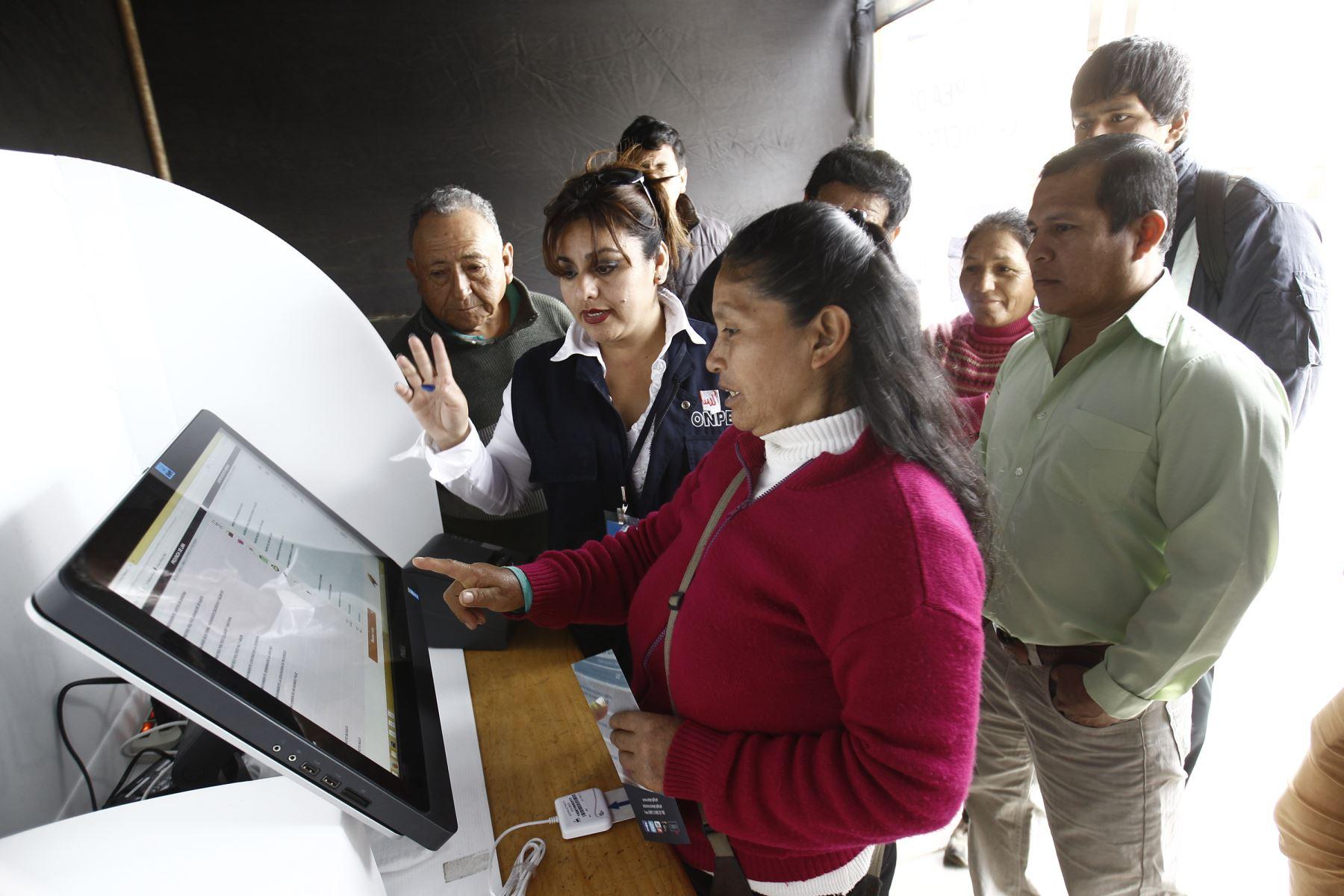 LIMA, PERÚ - OCTUBRE 05. Implementación del voto electrónico en Punta Hermosa.Foto: ANDINA/Juan Carlos Guzmán Negrini.