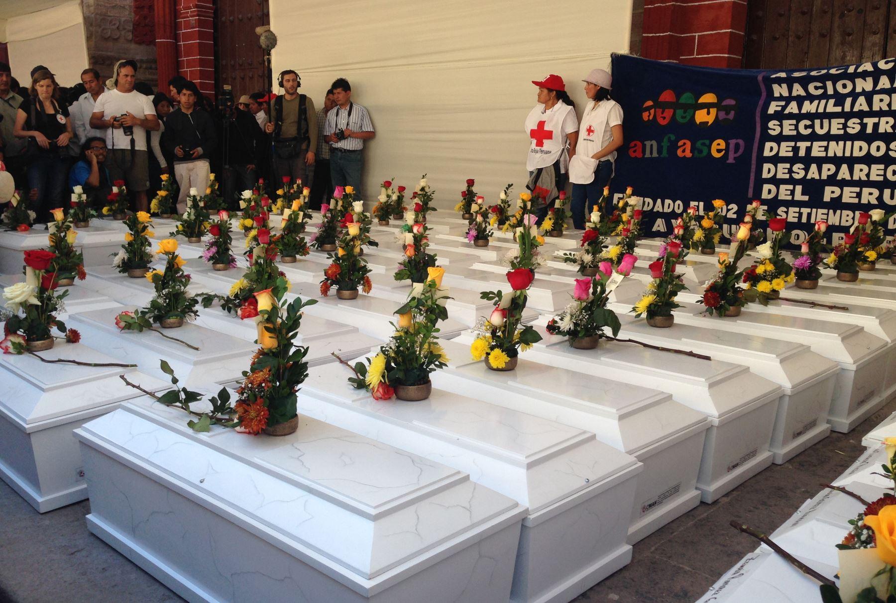 Deudos recuperan cuerpos de víctimas de la violencia después de 30 años. Foto: INTERNET/Medios.