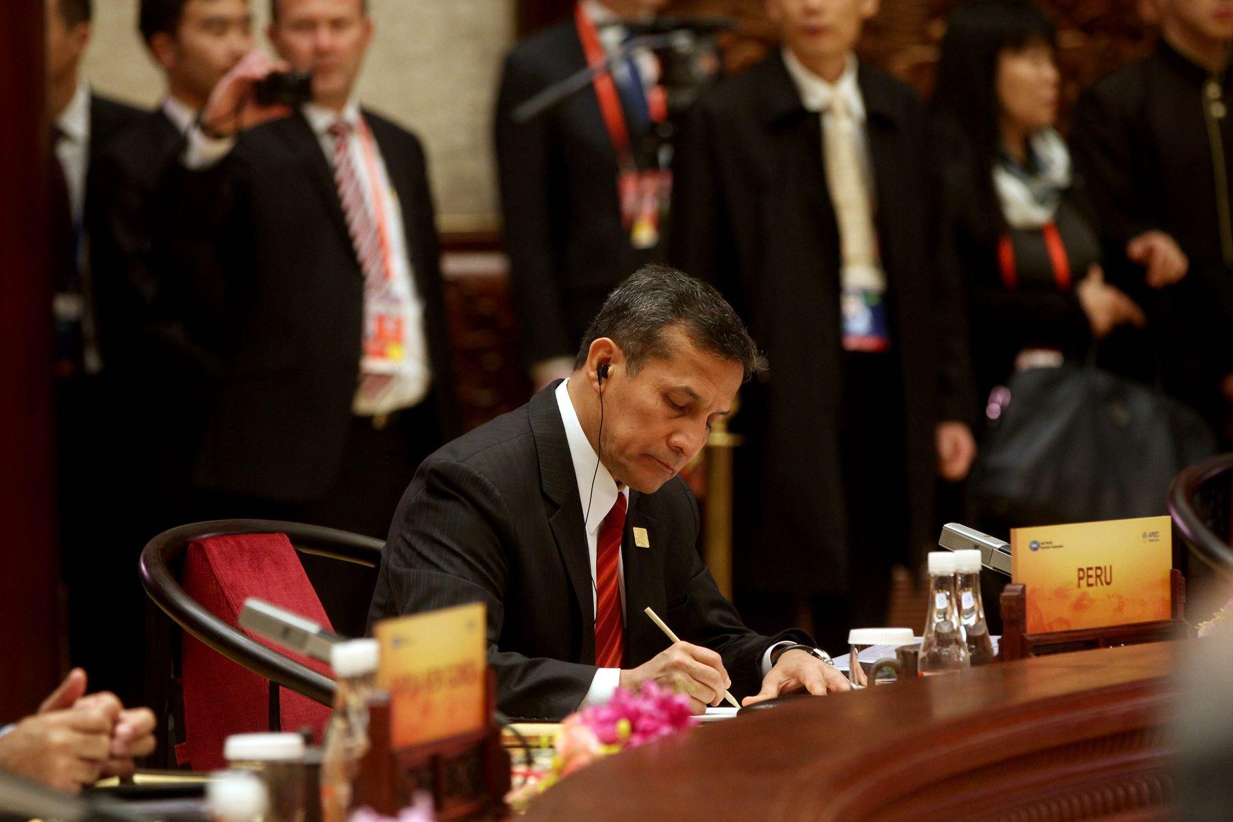 Participación del presidente Ollanta Humala en el inicio de la primera reunión plenaria de los líderes de APEC en Beijing. ANDINA/Prensa Presidencia