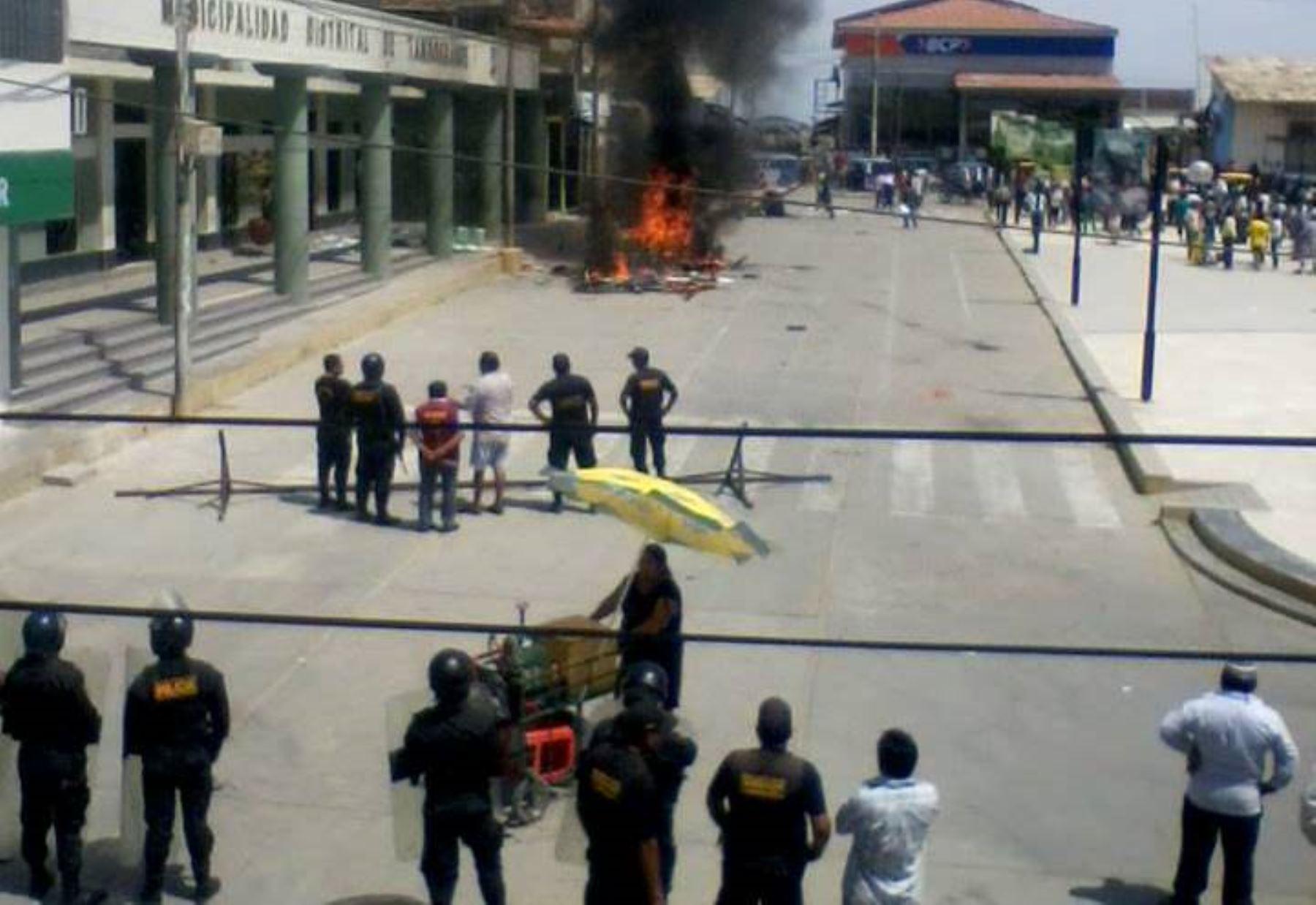 Manifestantes atacaron la sede de la municipalidad de Tambogrande, en Piura, tras conocer los resultados electorales en esa jurisdicción.