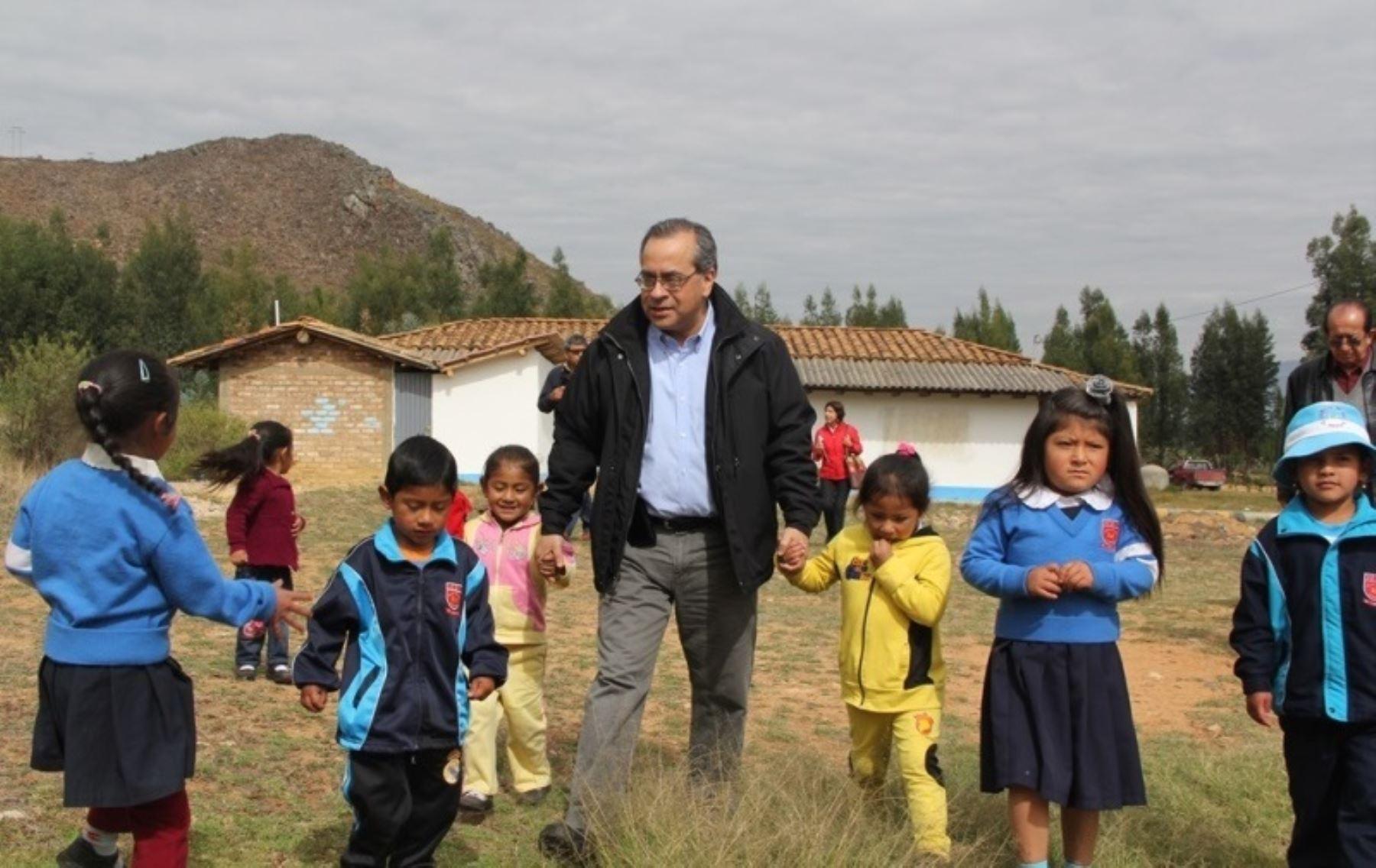 Ministro de Educación, Jaime Saavedra, visitó diversos locales escolares de Cajamarca.