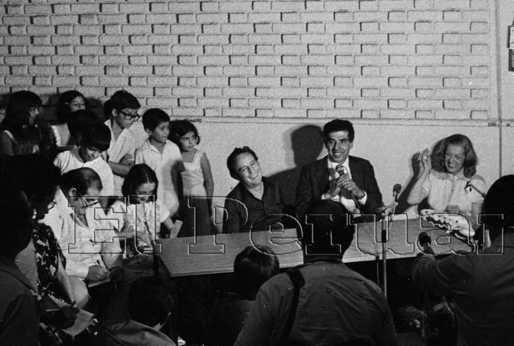 """Lima - 30 de marzo de 1979. El actor Roberto Gómez Bolaños """"Chespirito"""" durante una conferencia de prensa del elenco artistas de la serie de televisión """"El Chavo del 8"""" que visita el Perú. Foto: Archivo El Peruano"""