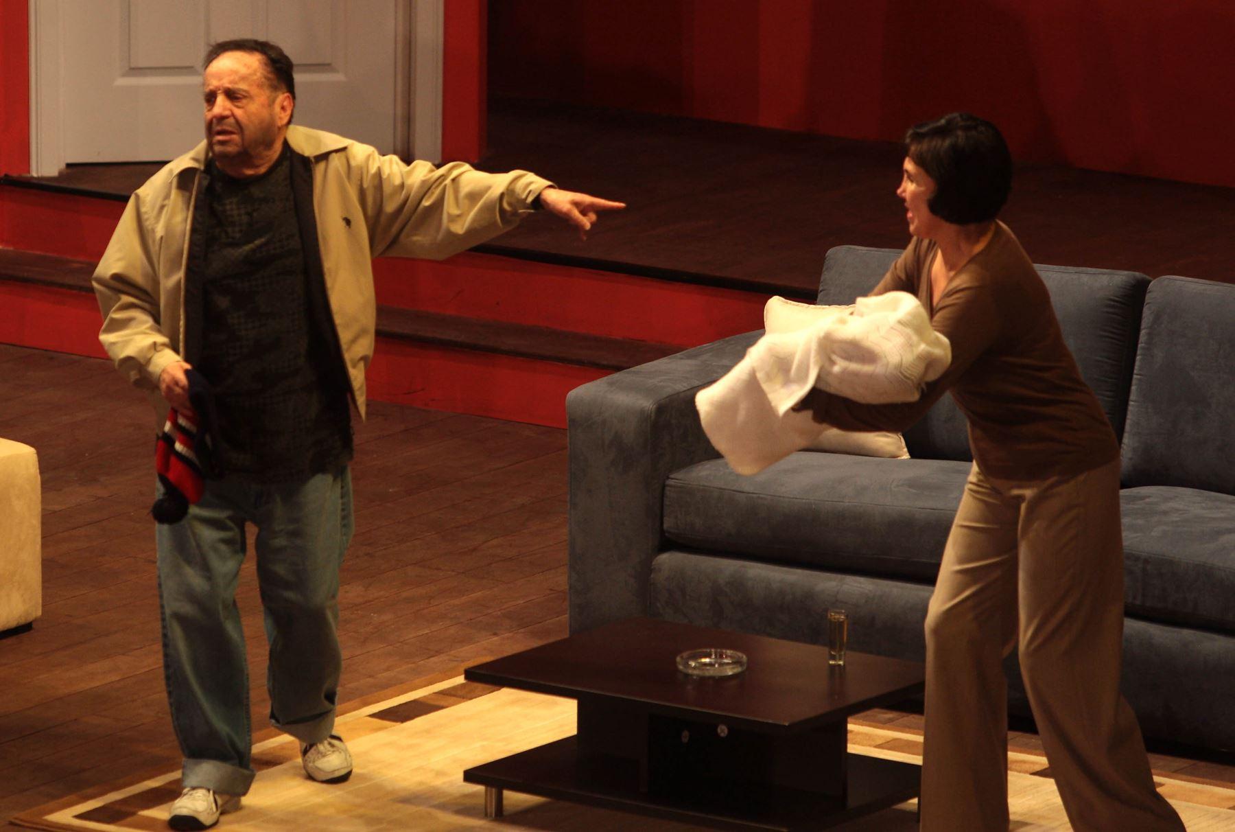 """Julio 2008. Roberto Gomez Bolaños """"Chespirito"""" junto a su compañera, Florinda Meza, durante la obra """"11 y 12"""" que presentó en Perú. Foto: ANDINA/Difusión"""