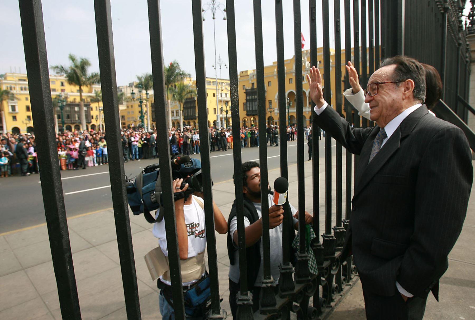 Julio 2008. Roberto Gomez Bolaños Chespirito saluda a sus seguidores desde Palacio de Gobierno.