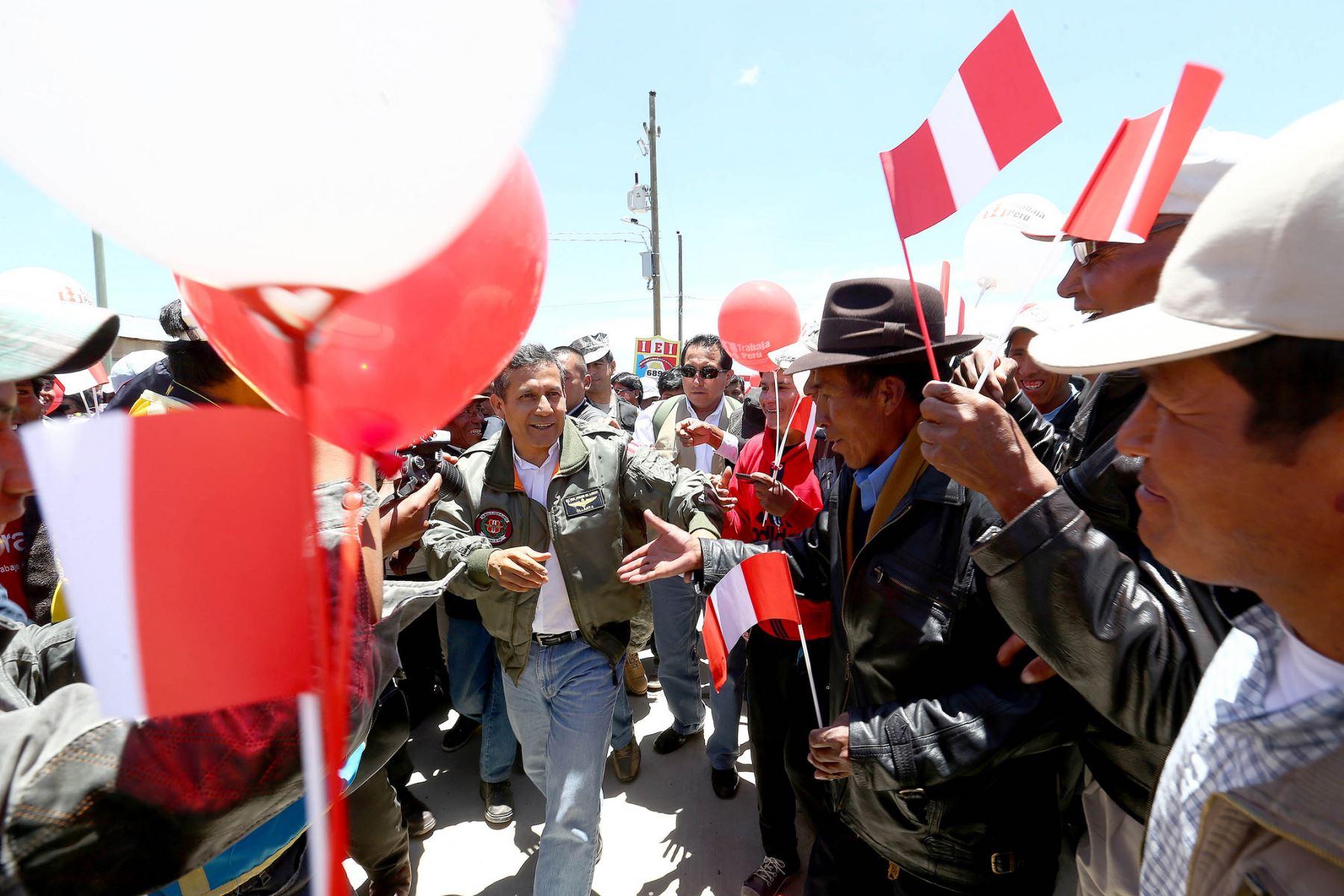 """Puno: Presidente Ollanta Humala inauguró nueve proyectos de inversión pública ejecutados por el programa """"Trabaja Perú"""" en la provincia de Chucuito"""