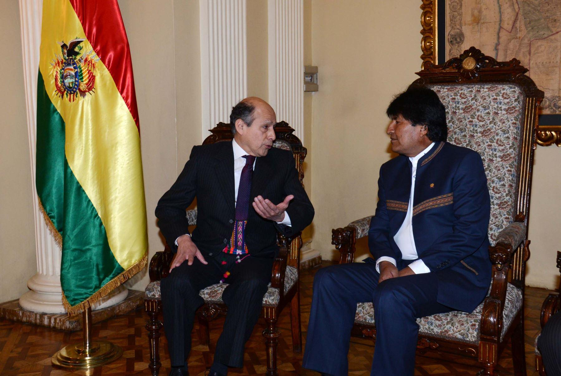 Embajador peruano en Bolivia, Luis Benjamín Chimoy, con el presidente Evo Morales. INTERNET/Medios