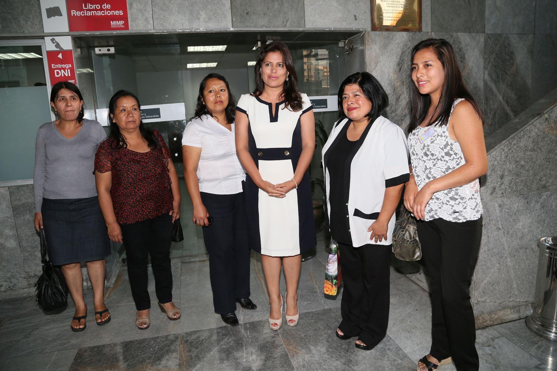 La ministra de la Mujer y Poblaciones Vulnerables (MIMP), Carmen Omonte, se reunió con distintas representantes de sindicatos de trabajadoras del hogar. Difusión