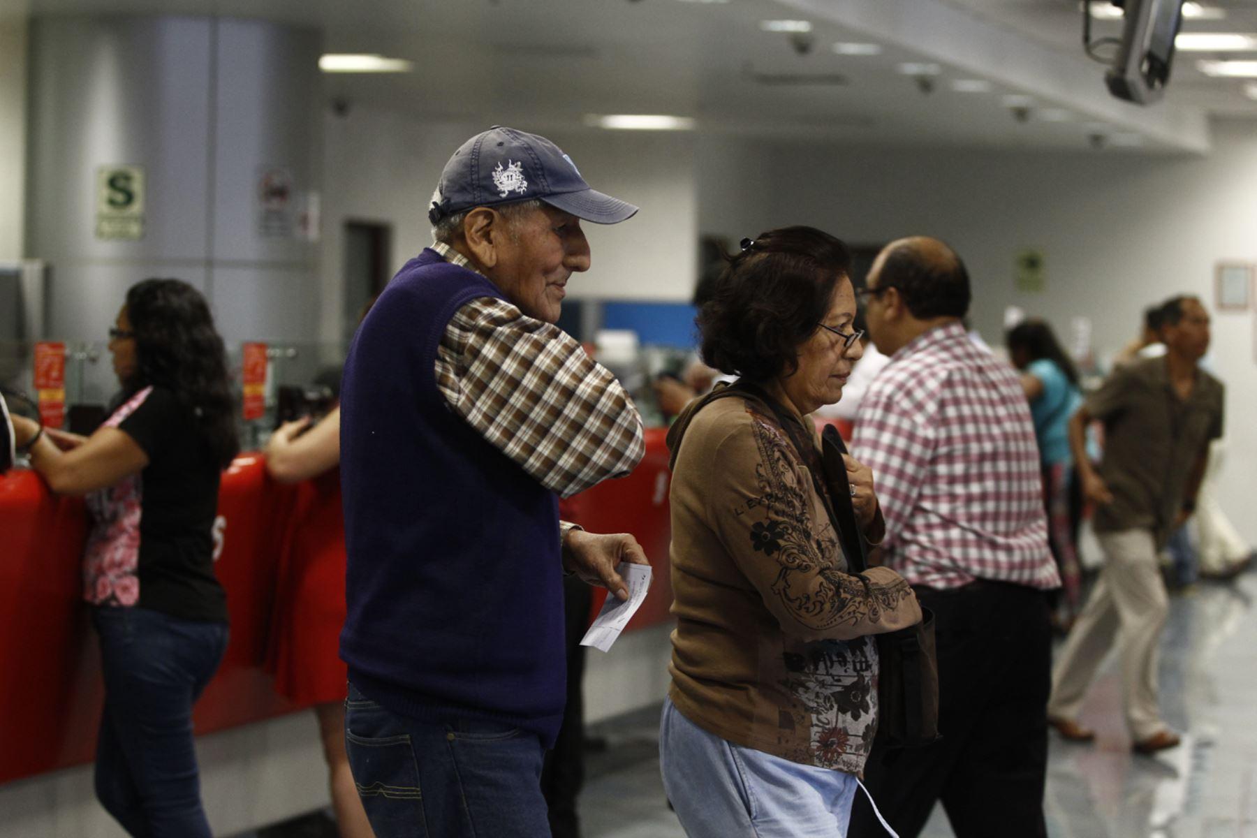 Fonavistas cobran sus devoluciones. ANDINA/Juan Carlos Guzmán