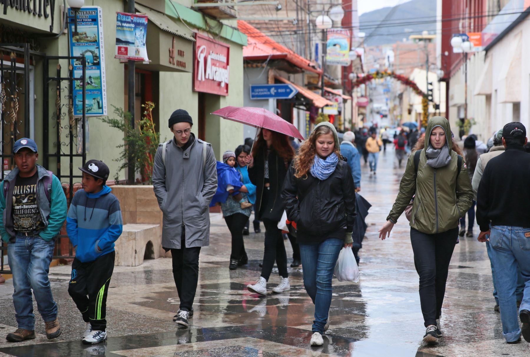 Decenas de turistas nacionales y extranjeros se llegan a la ciudad de Puno para disfrutar de la festividad de la Virgen de la Candelaria, en Puno. Foto: ANDINA/Carlos Lezama