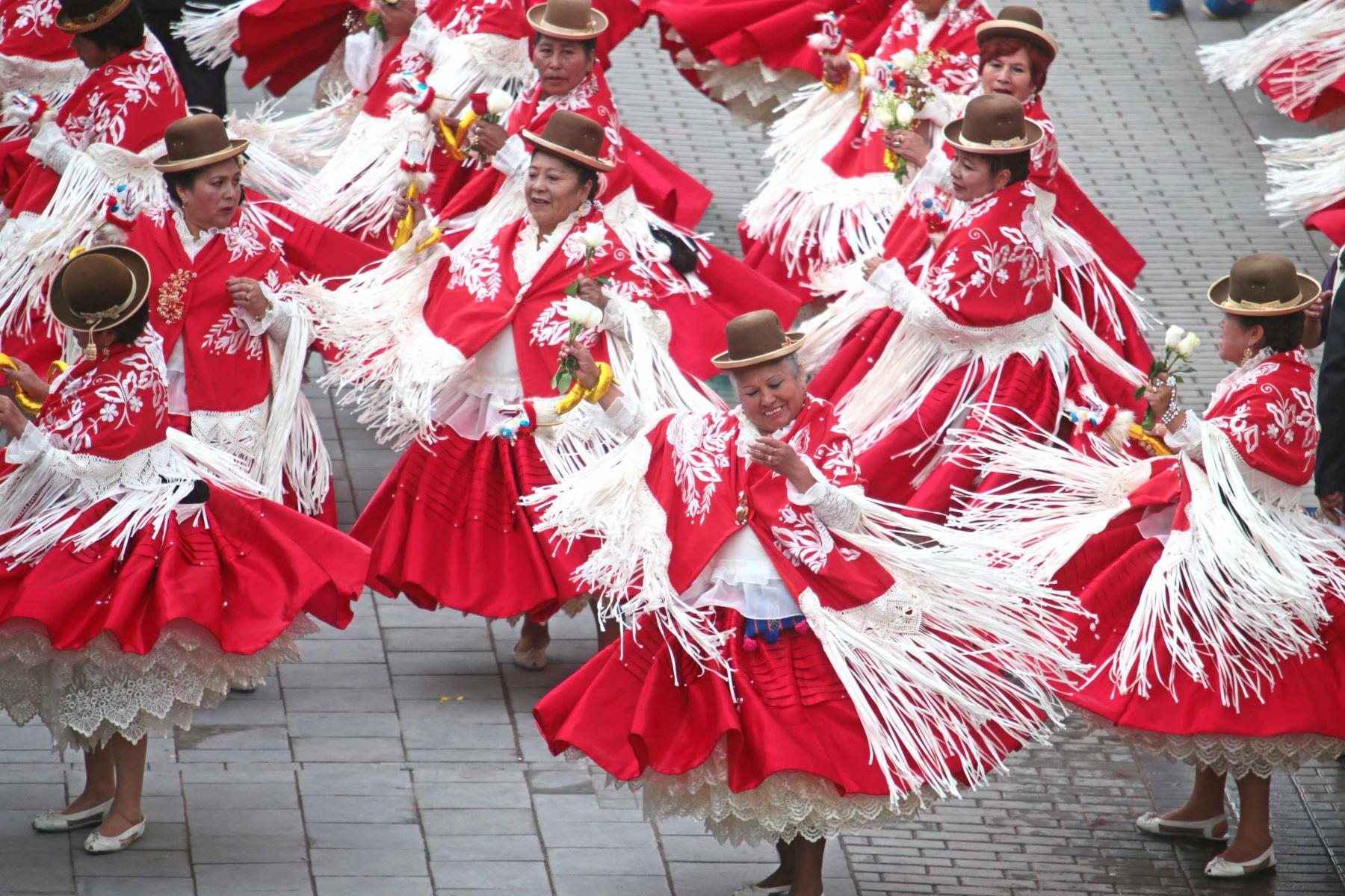 PUNO-PERÚ, FEBRERO 09. Pasacalle en homenaje a la Virgen de la Candelaria.Foto: ANDINA/Carlos Lezama