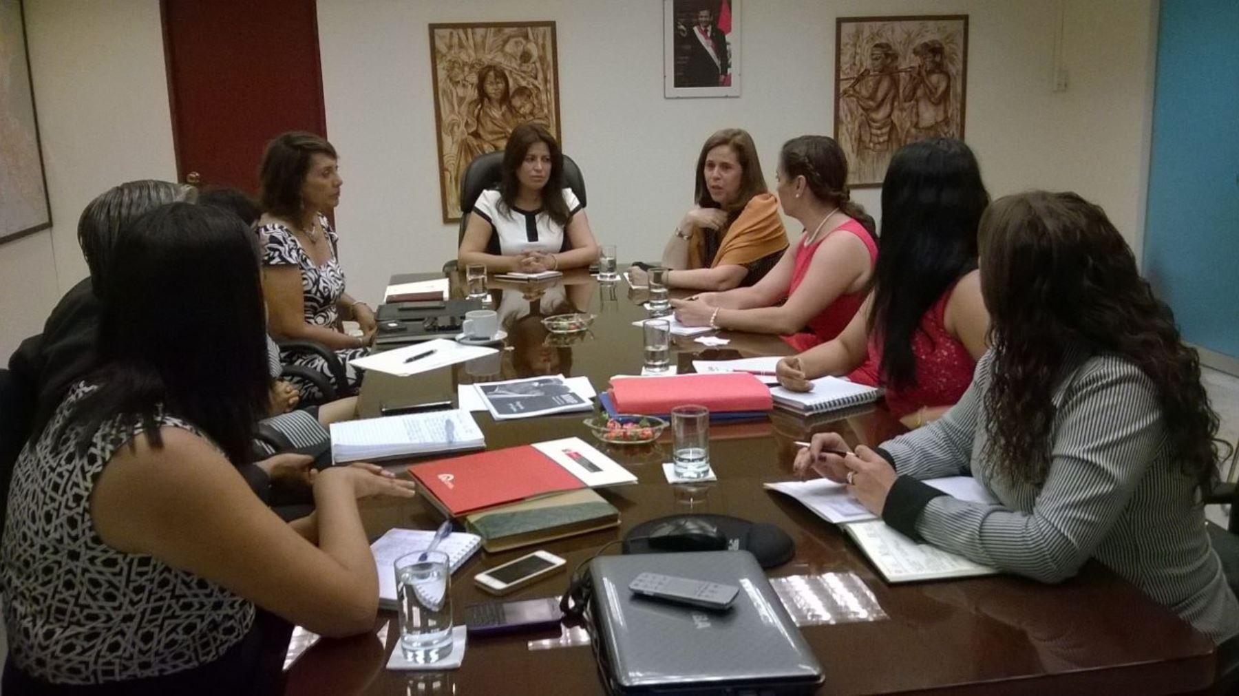 La ministra de la Mujer y Poblaciones Vulnerables, Carmen Omonte, se reunió con embajadora de Colombia, María Elena Pombo, para tratar situación de mujeres extranjeras víctimas de violencia y trata de personas.