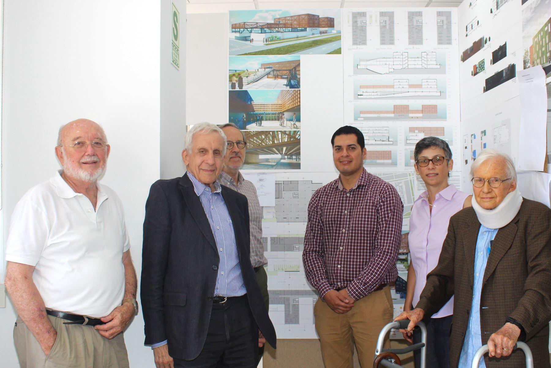 El arquitecto José Antonio Quiroz Farias rodeado del jurado calificador que eligió al ganador del concurso para diseñar el nuevo local del Concytec.