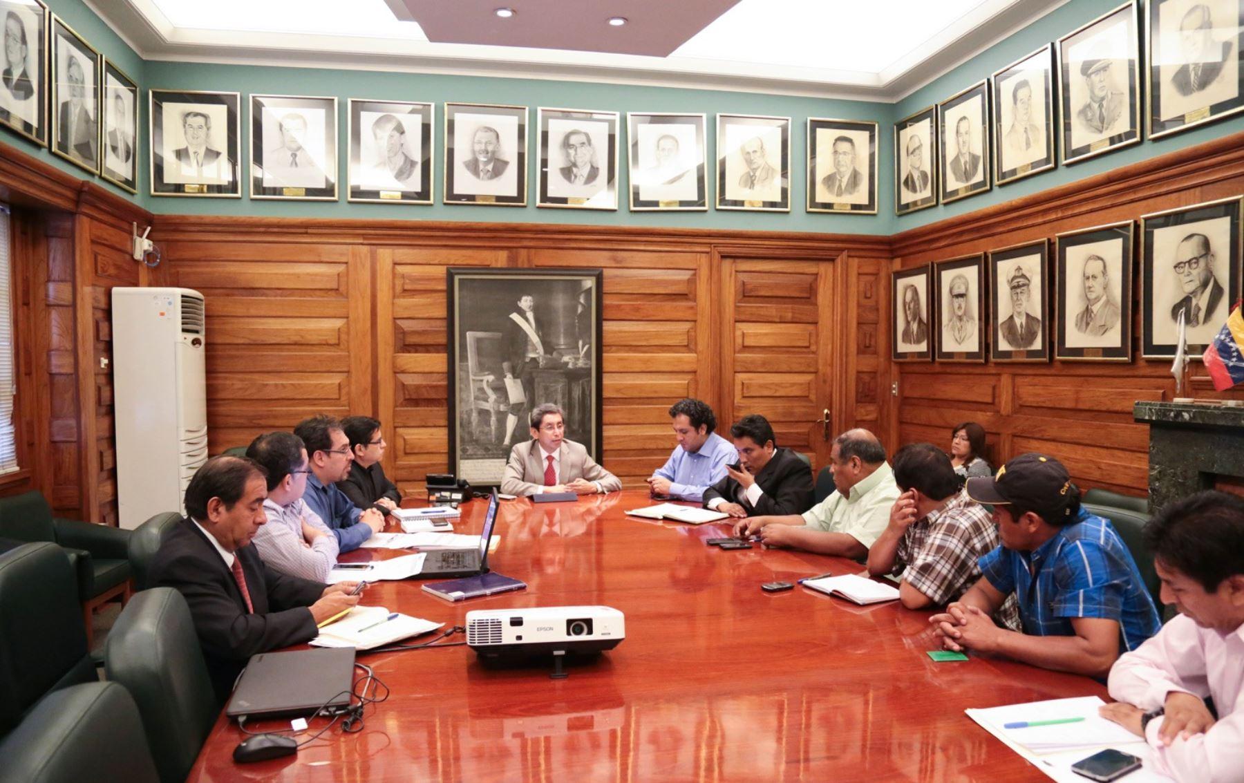El ministro de Salud, Aníbal Velásquez, se reunió con el presidente regional de Junín y representantes de Pichanaki.