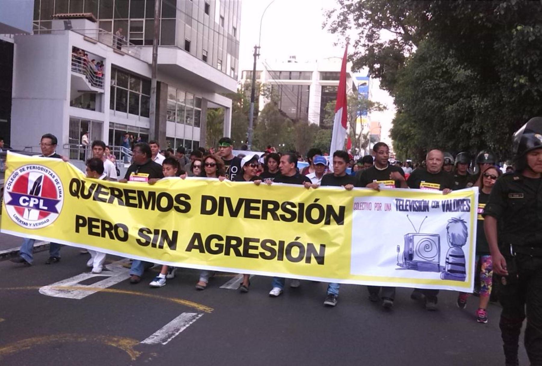 Marcha contra el contenido ofrecido por algunos canales de televisión. Foto: Twitter @Danhael