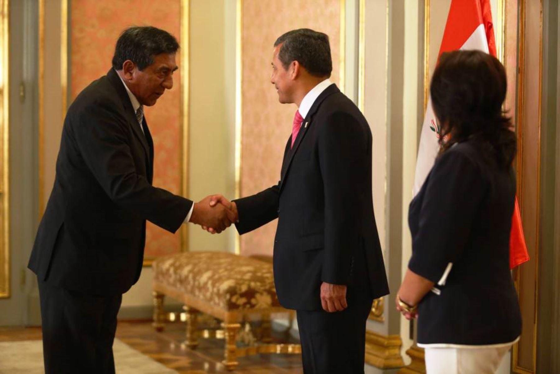 Reunión en Palacio de Gobierno entre el jefe del Estado Ollanta Humala y el presidente del Gobierno Regional de Madre de Dios, Luis Otsuka Salazar. Foto: ANDINA/Difusión.
